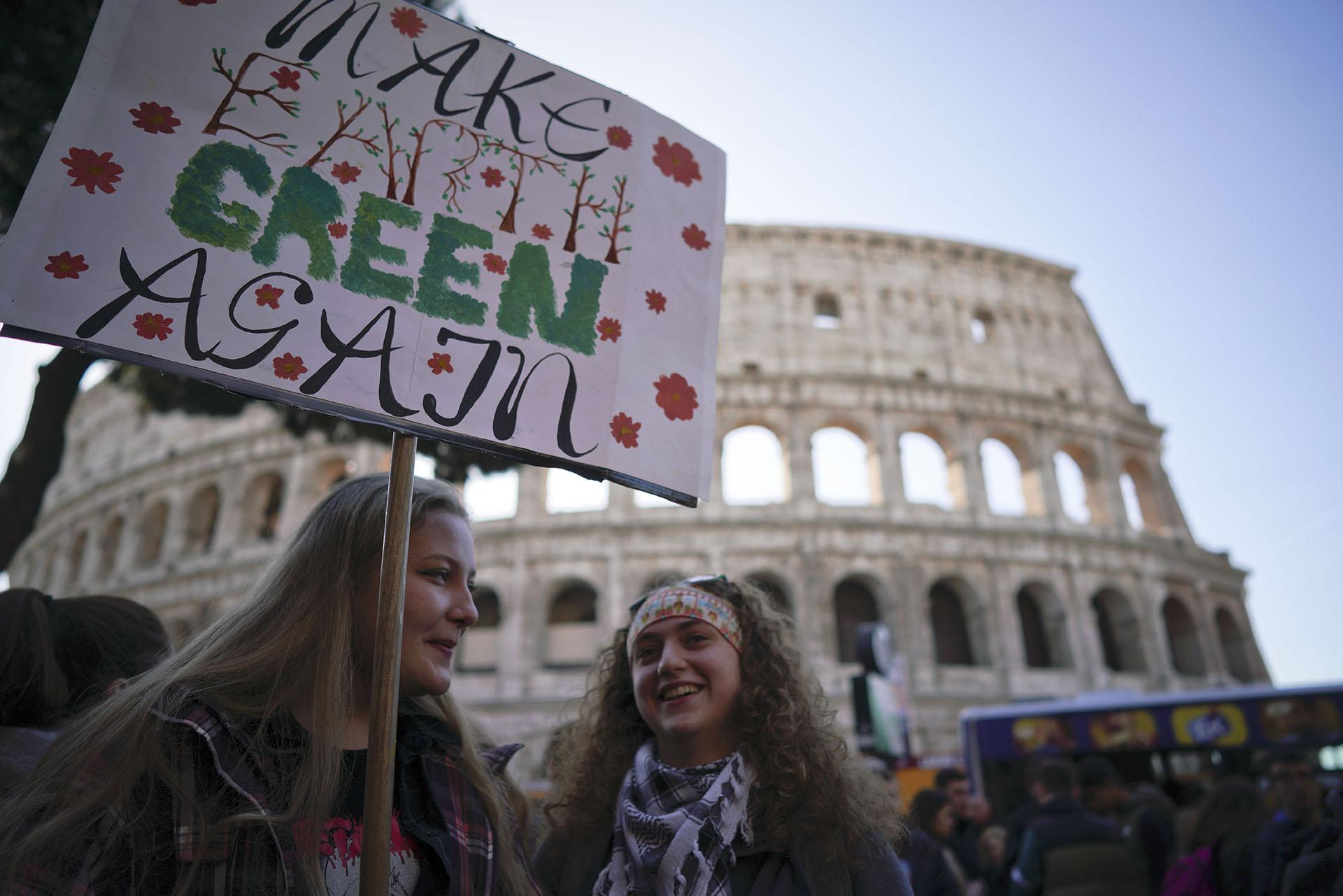 Estudiantes se manifestaron frente al Coliseo romano reclamando acciones concretas contra el cambio climático (Foto: AP Photo/Andrew Medichini)