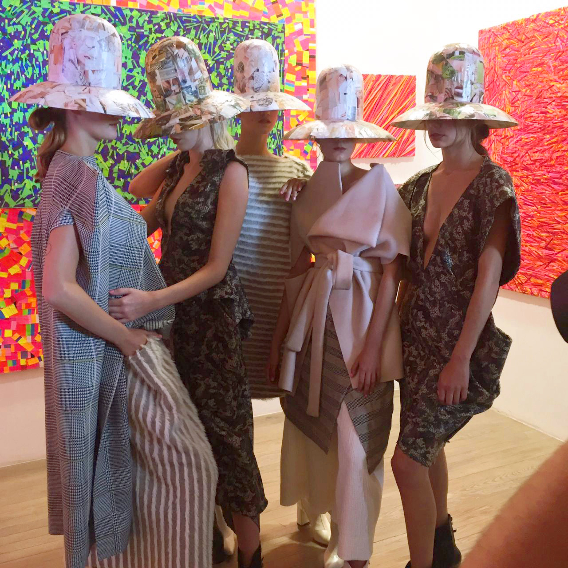 Los sombreros de Laura Noetinger y las prendas de Min Agostini.