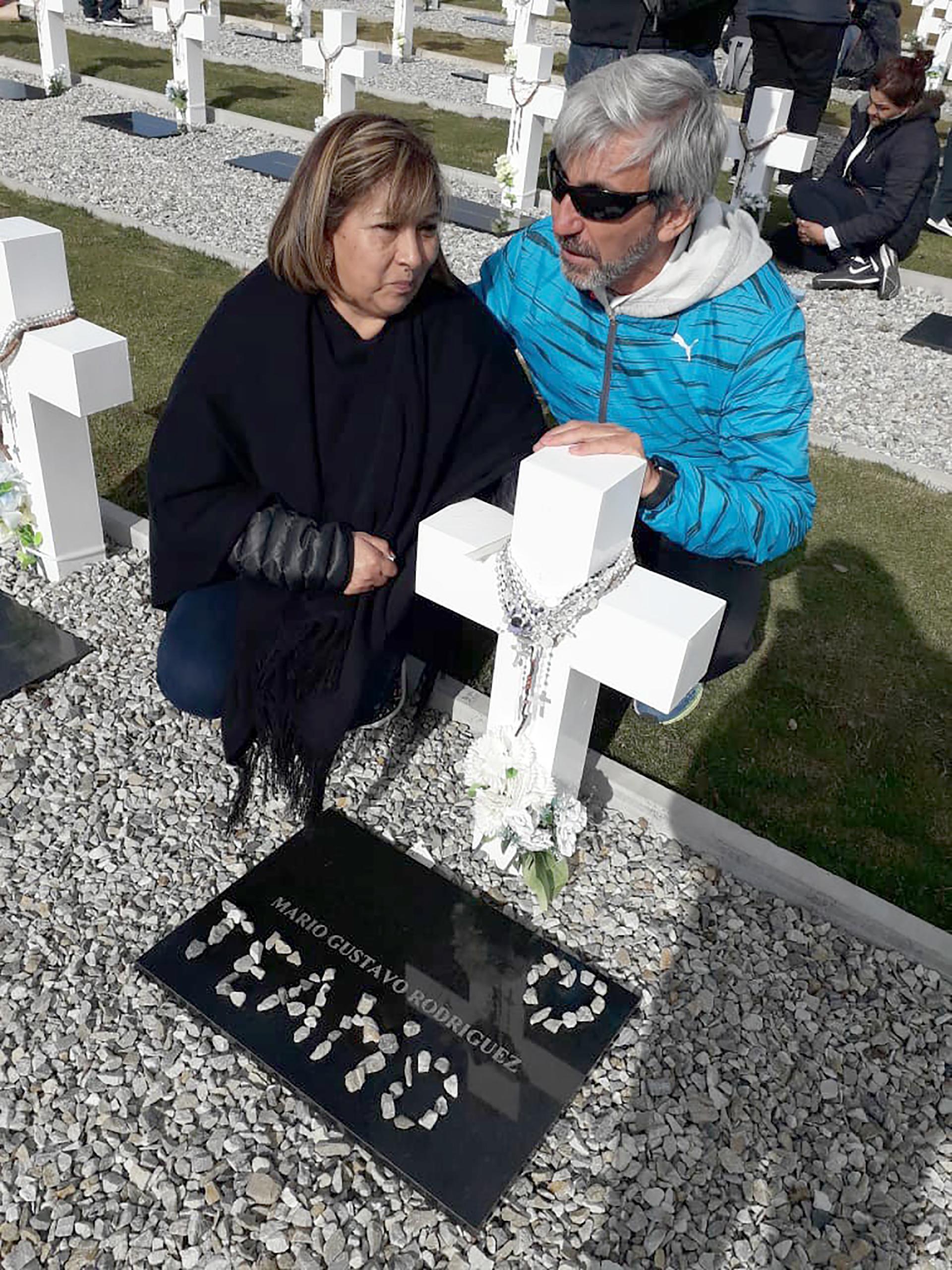 Adriana Rodríguez, hermana de Mario Gustavo, viajó a las islas junto a su hija Abigail. Frente a la cruz blanca, recibió el abrazo del veterano Julio Aro