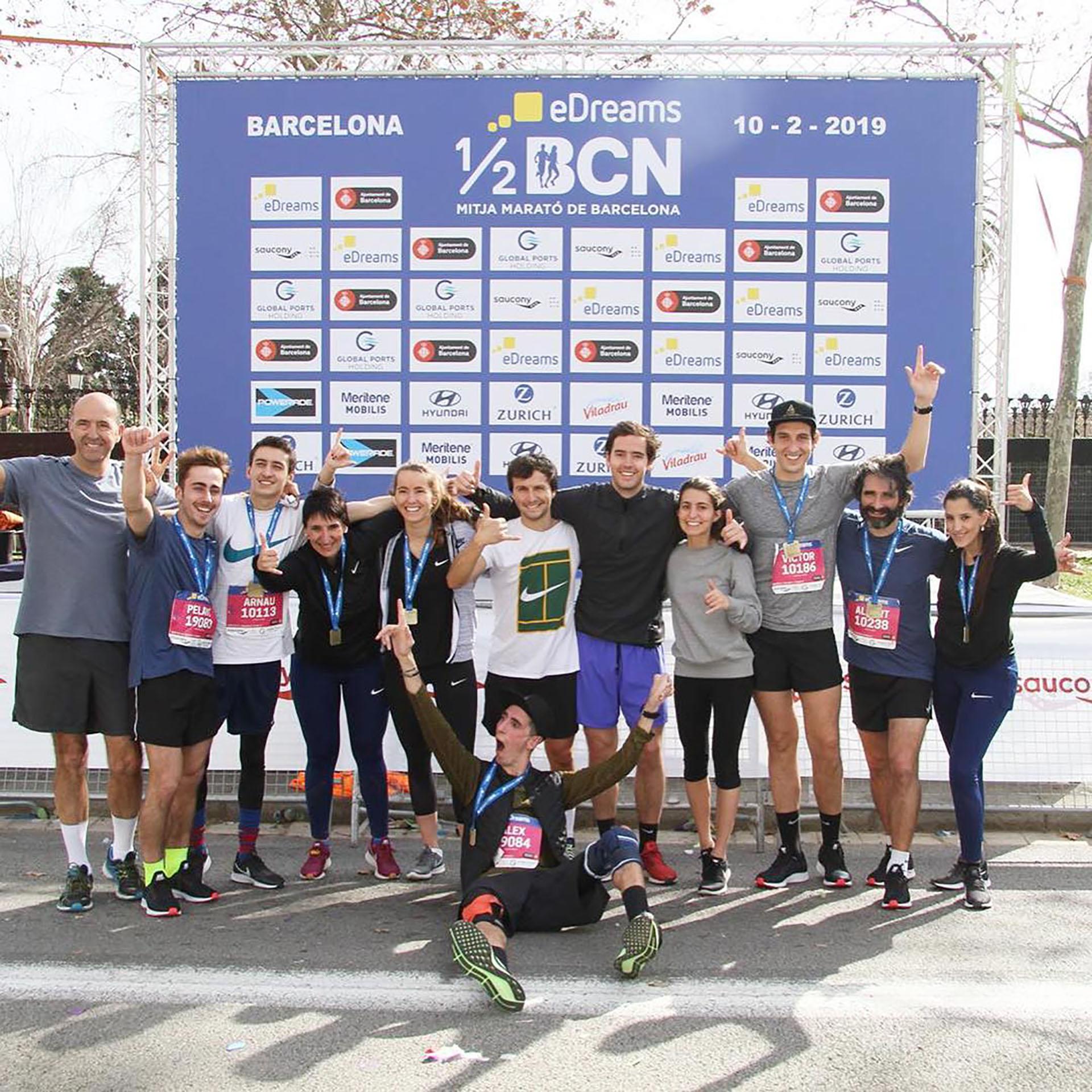 Álex celebrando al final de la media maratón de Barcelona (@alexroca91)