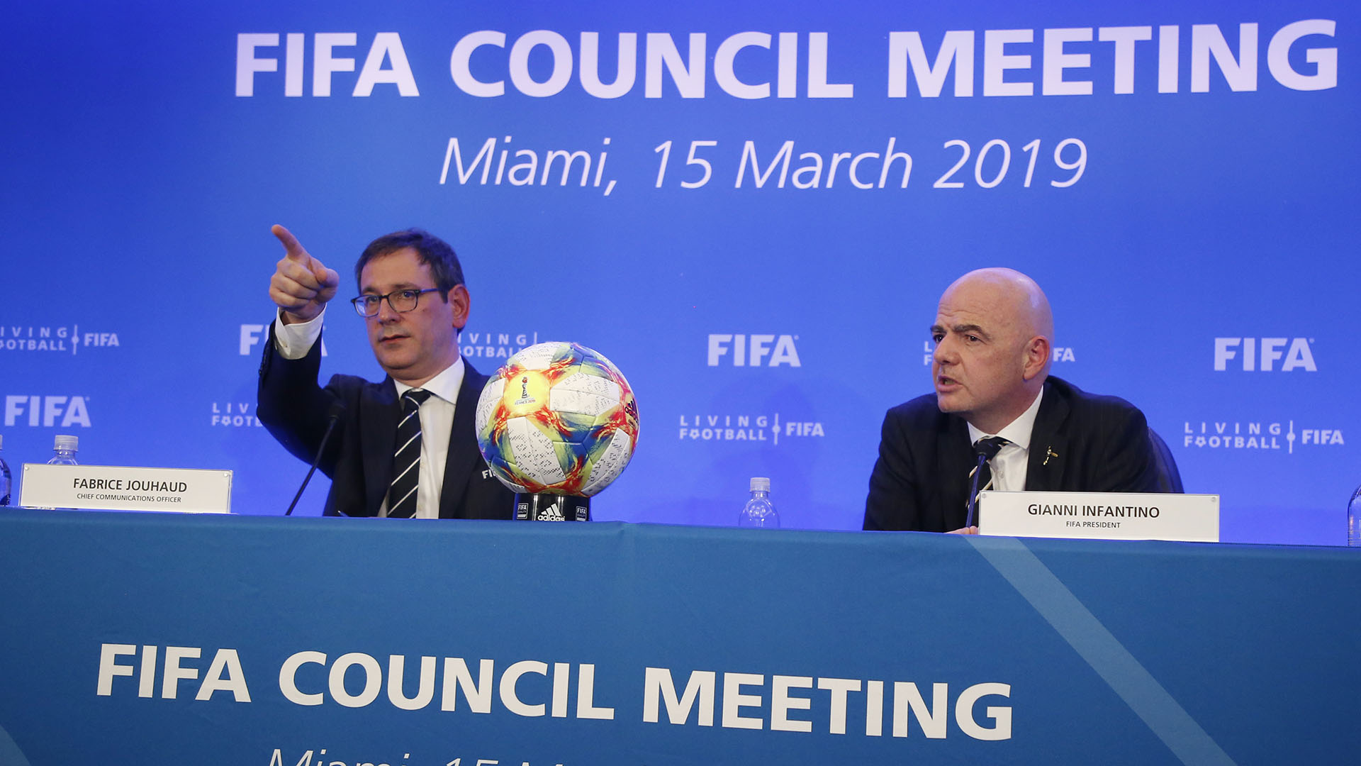 Fabrice Jouhaud, vocero de la FIFA, acompañó a Infantino en los anuncios de la FIFA (AFP)