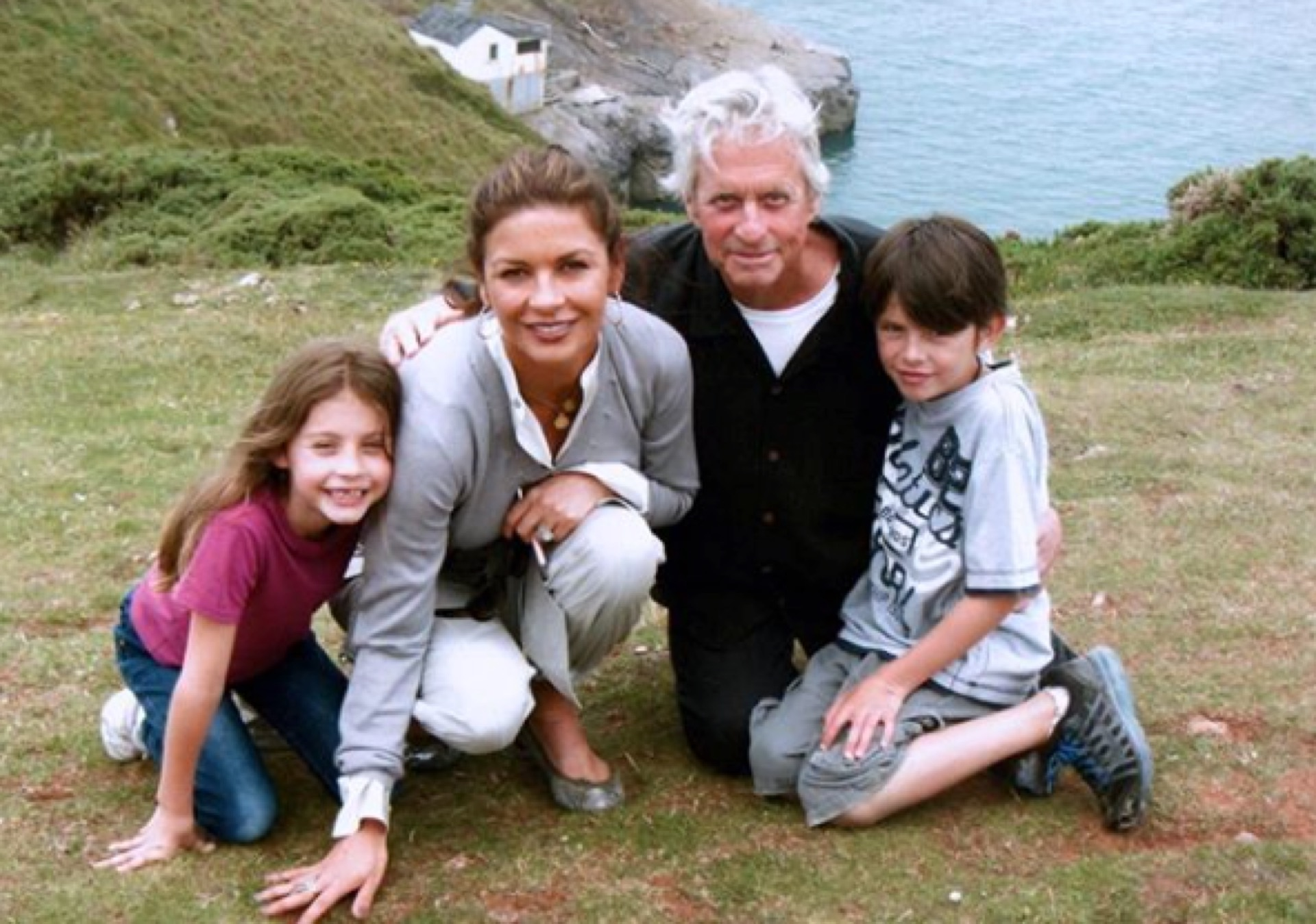Otra foto que subió hace poco a la red social. Con Michael Douglas, cuando sus hijos eran chicos.