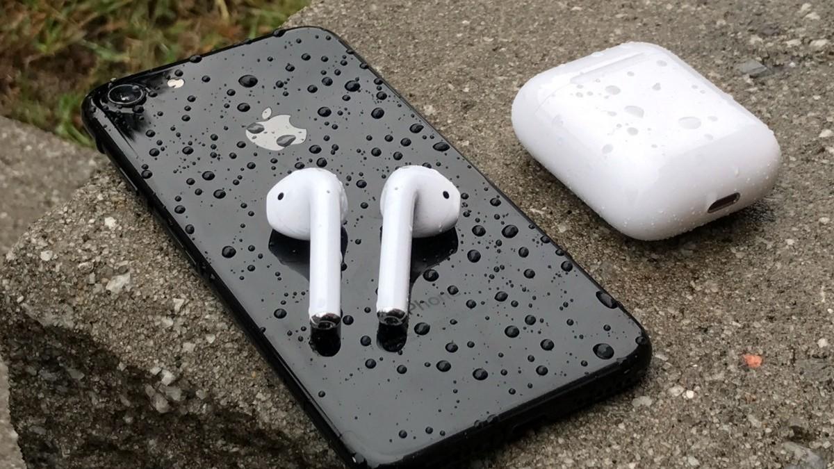 Apple busca mejorar la resistencia al agua de sus AirPods, además de la conectividad y ergonomía del diseño (Foto: Archivo)
