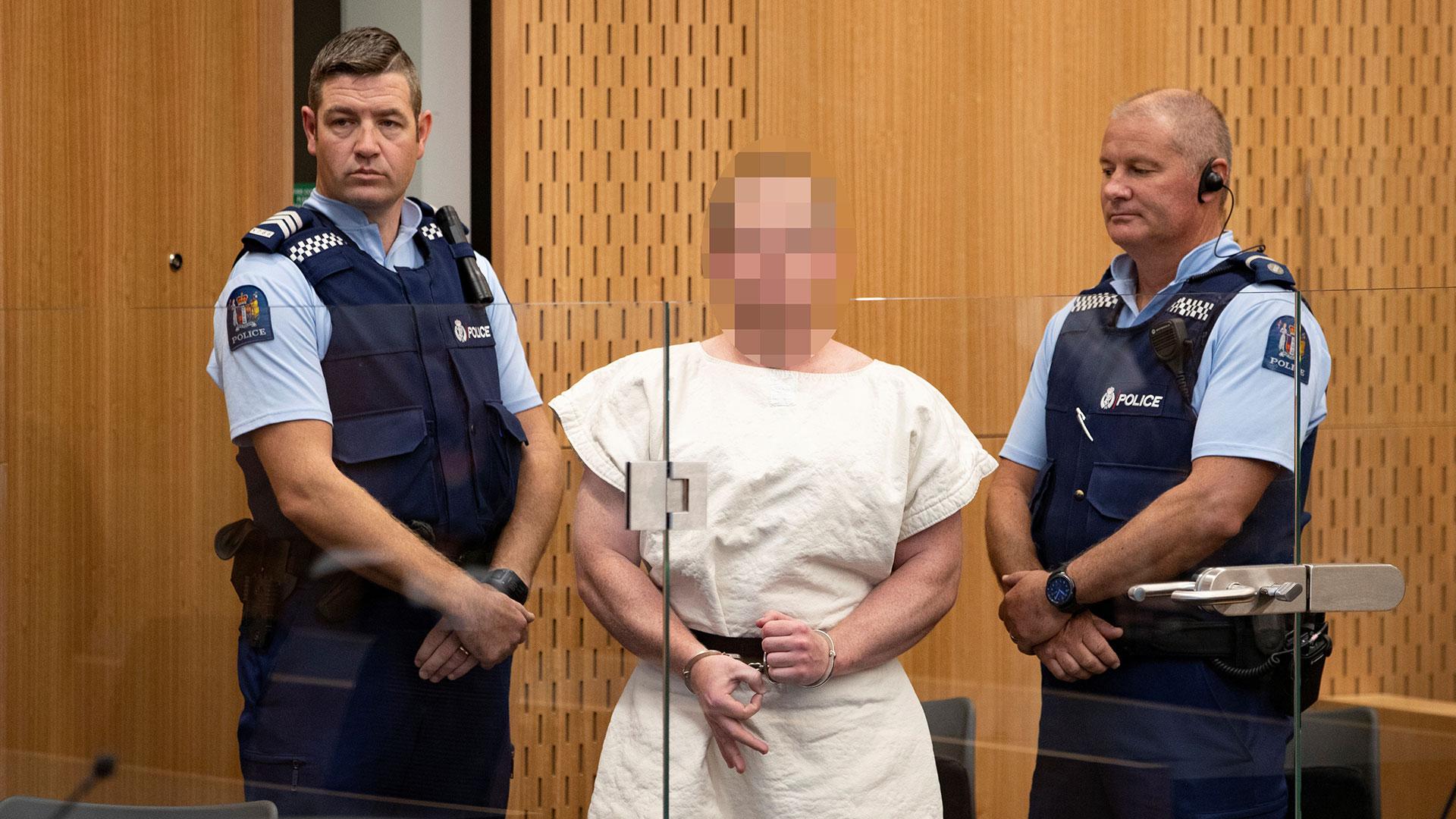 """Al presentarse en un tribunal tras su masacre en Nueva Zelanda el 15 de marzo, Brenton Tarrant realizó con su mano derecha un gesto de la ideología """"White Power"""" (Supremacía Blanca) (Reuters)"""