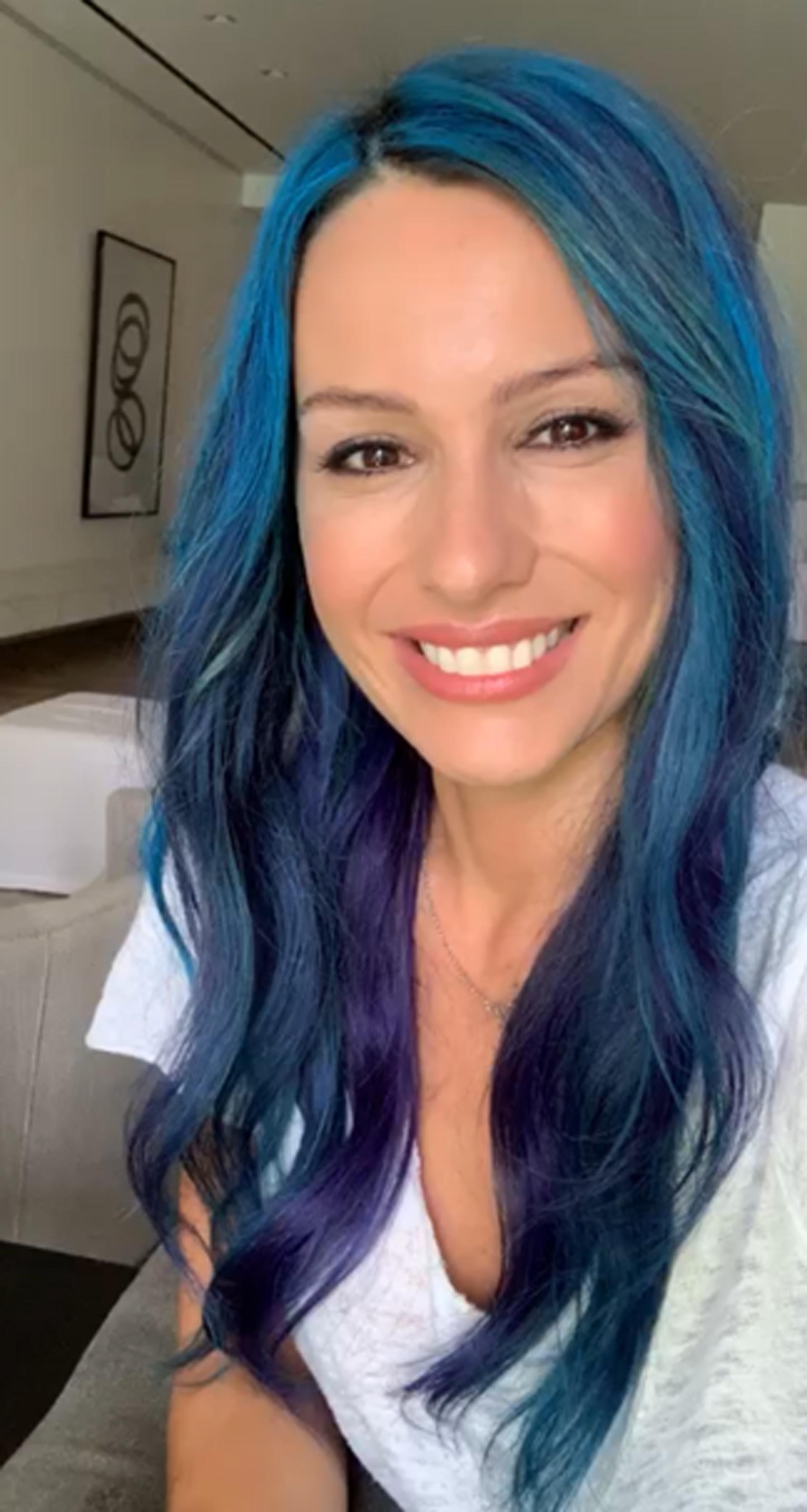 Pampita sorprendió en la televisión con un nuevo look: se tiñó el pelo de azul. La modelo confesó que una de las causas por las que decidió cambiar el color de su cabello fue para apoyar una campaña mundial contra la contaminación del agua en el planeta
