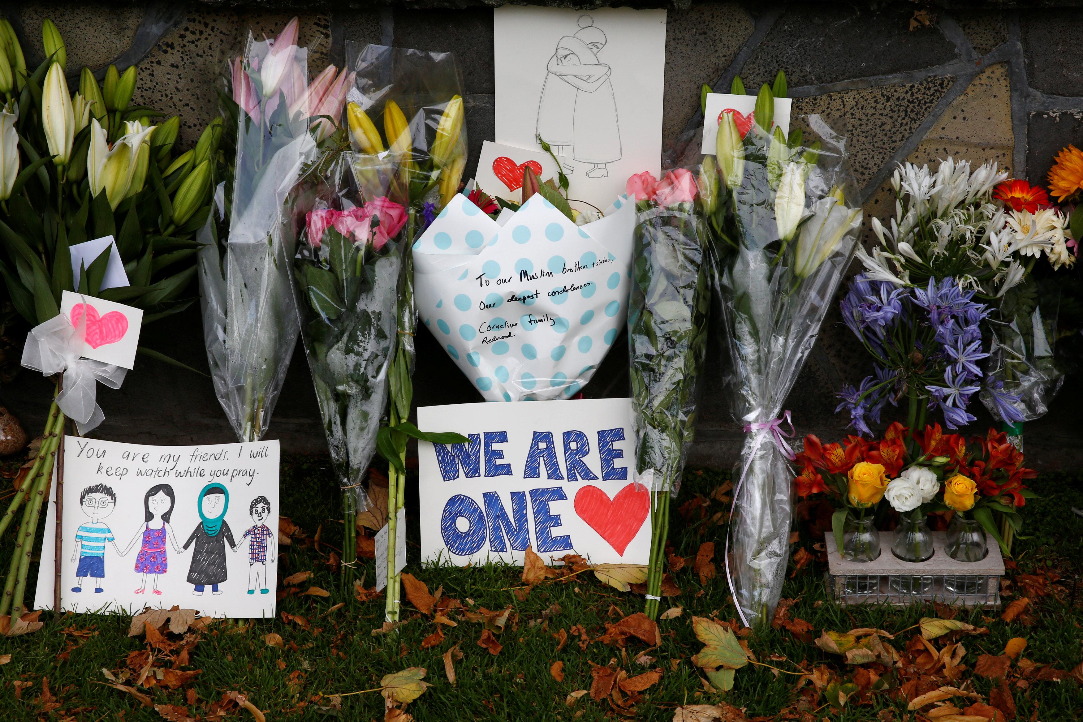 Flores y dibujos cerca de la mezquita de Linwood en Christchurch (REUTERS/Edgar Su)