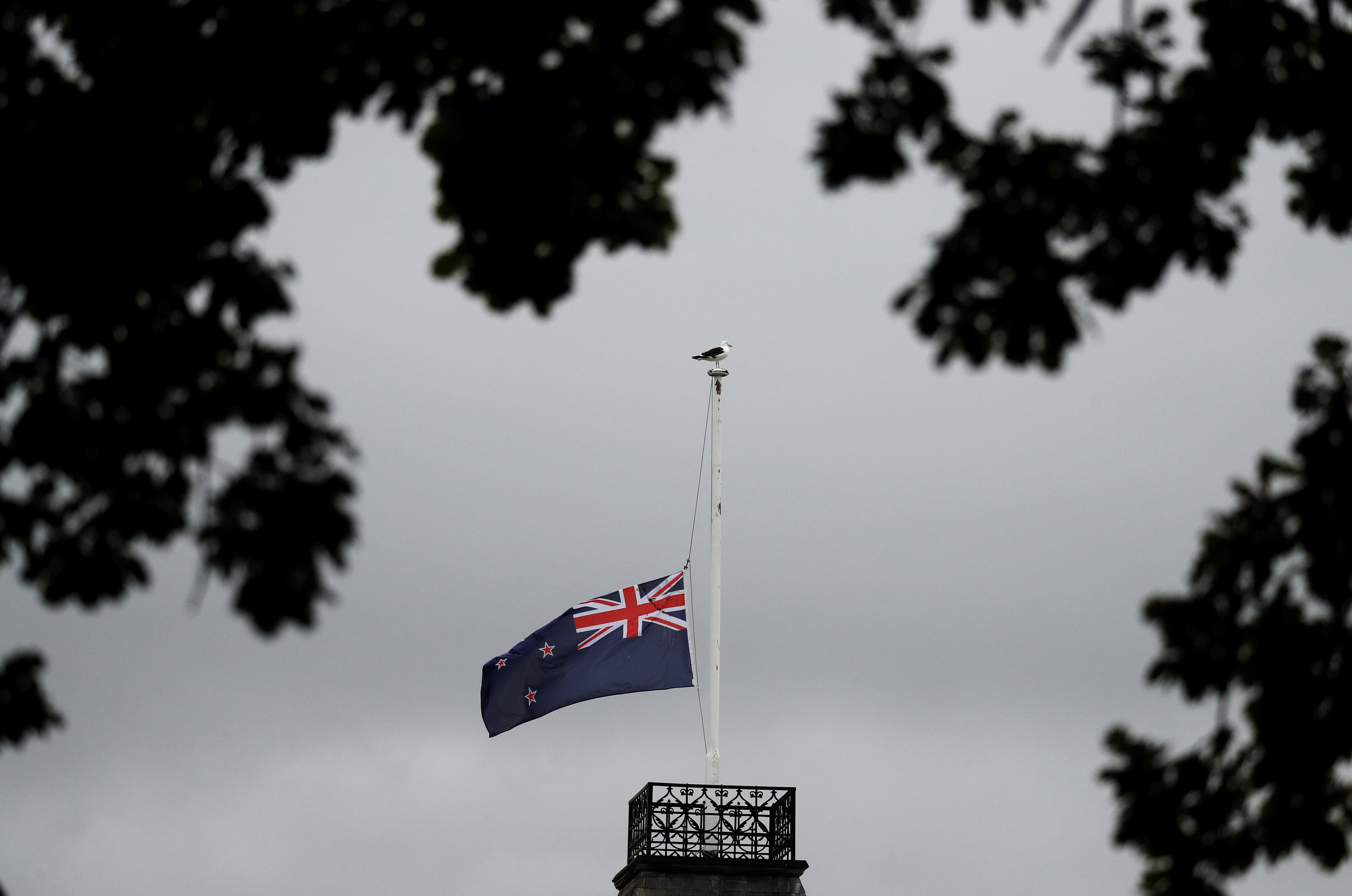 La bandera de Nueva Zelanda a media asta sobre la mezquita Masjid Al Noor tras el ataque del viernes en Christchurch, (REUTERS/Jorge Silva)