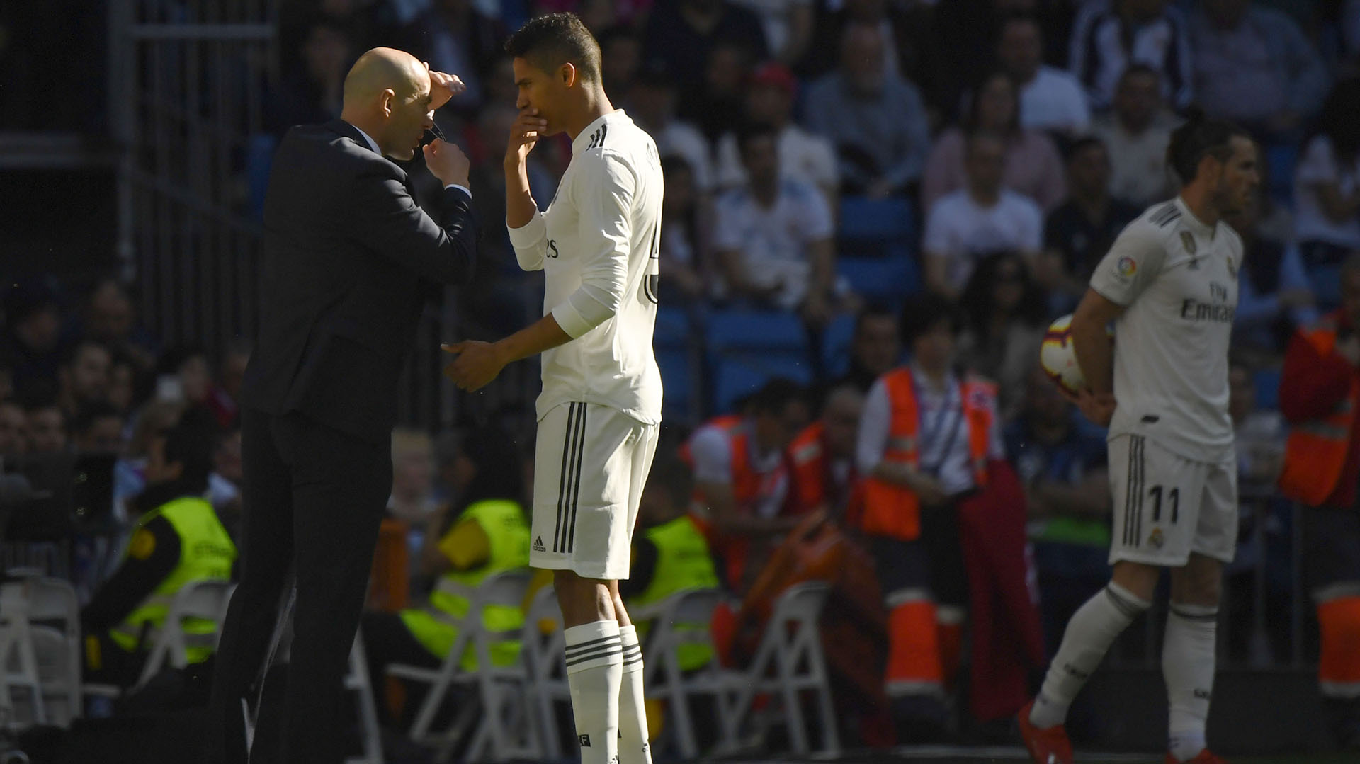 Zinedine Zidane da indicaciones a Raphael Varane en su regreso al banquillo del Real Madrid (AFP)