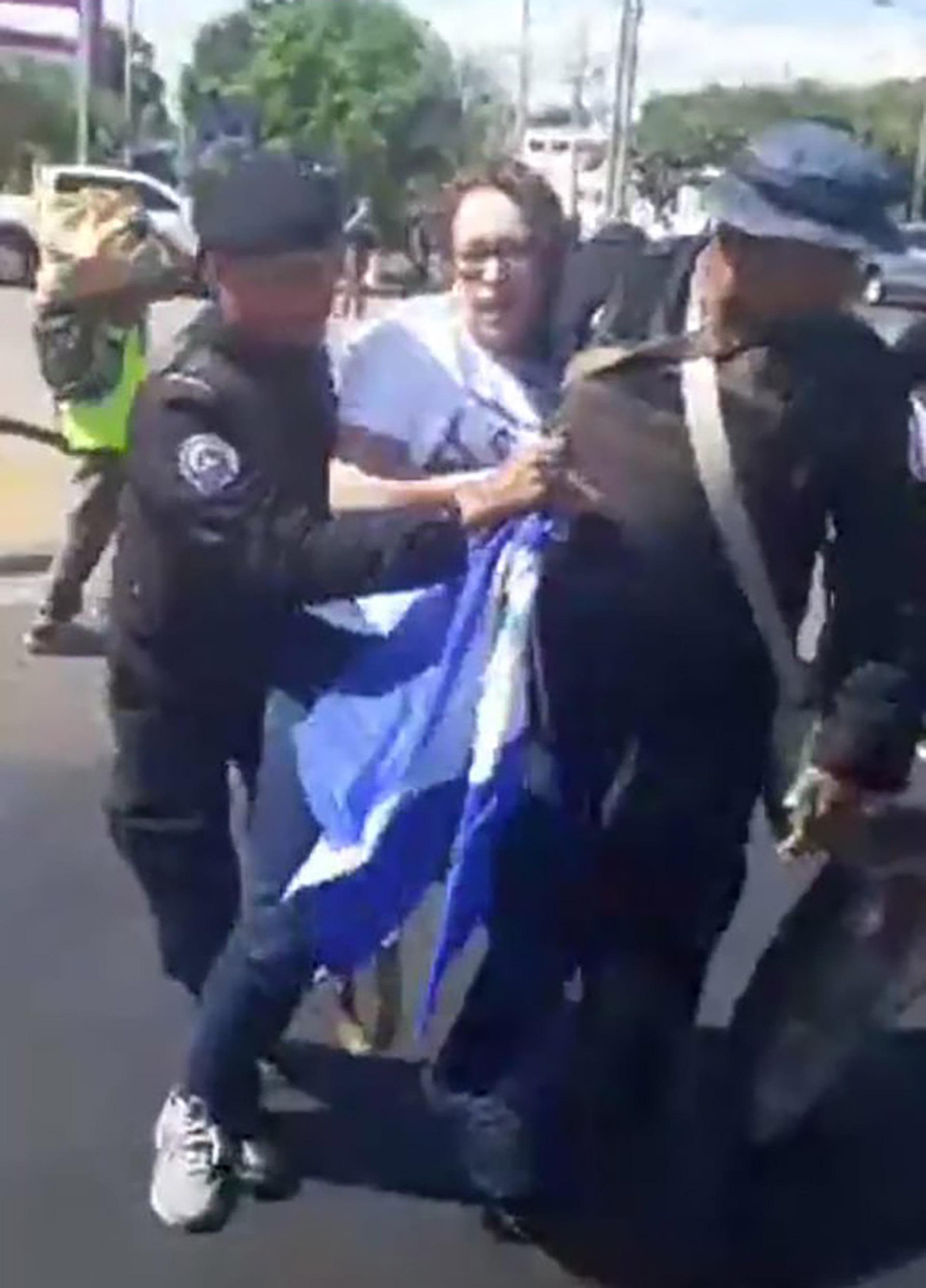 Así se llevaron detenida a la ex guerrillera sandinista Mónica Baltodano (@MonicaLopezBalt)