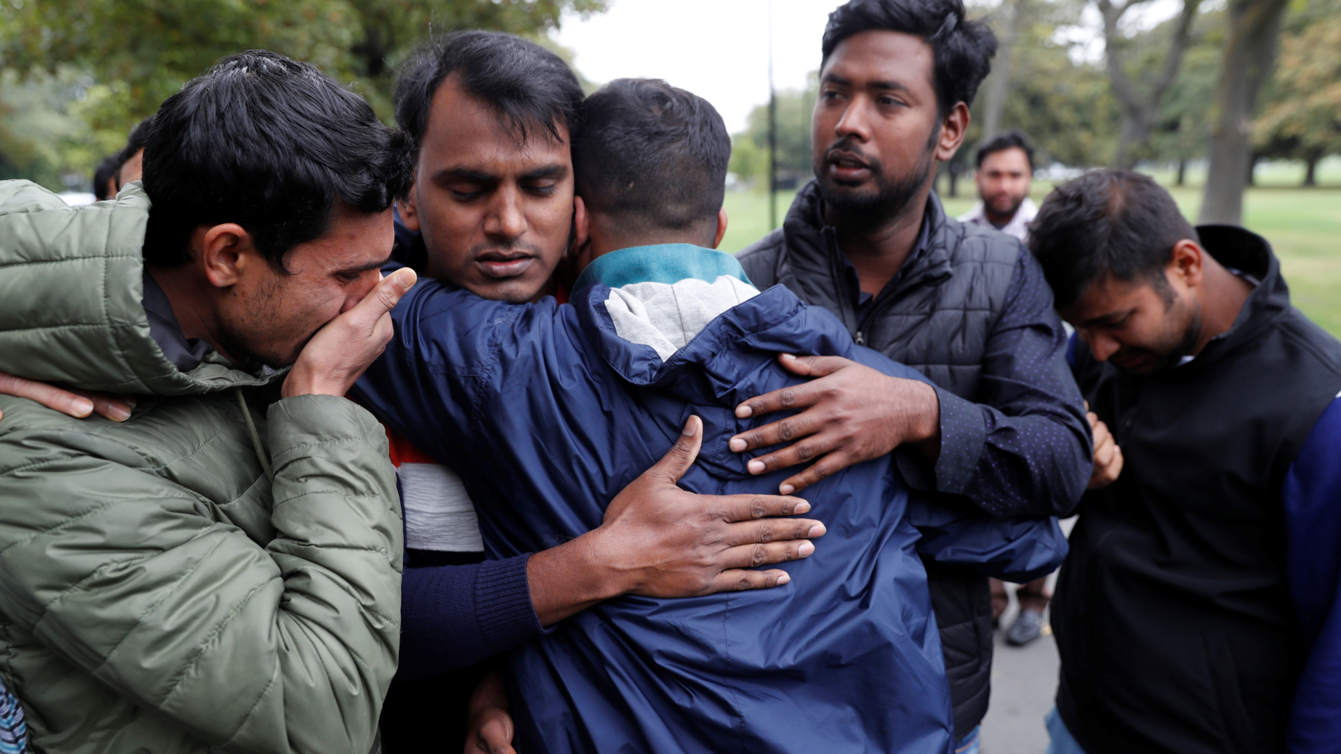 Miembros de la comunidad de Bangladesh en Nueva Zelanda esperan noticias de sus familiares. (Reuters)