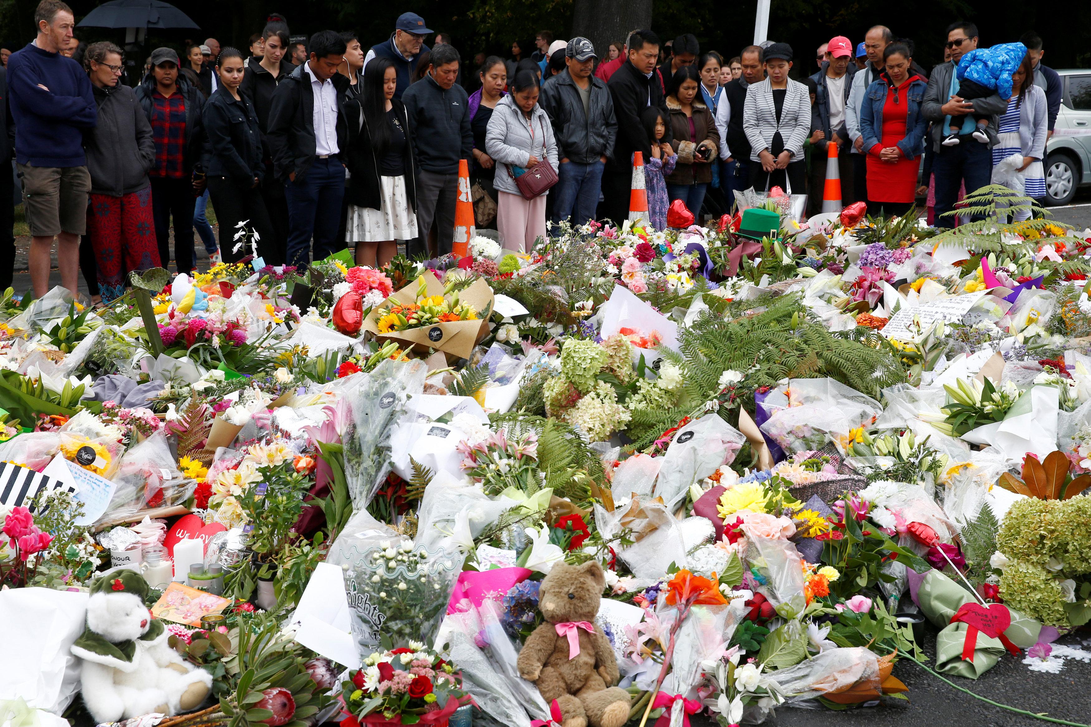 Un grupo de personas ora cerca a la mezquita de Al Noor en Christchurch. (REUTERS/Edgar Su)