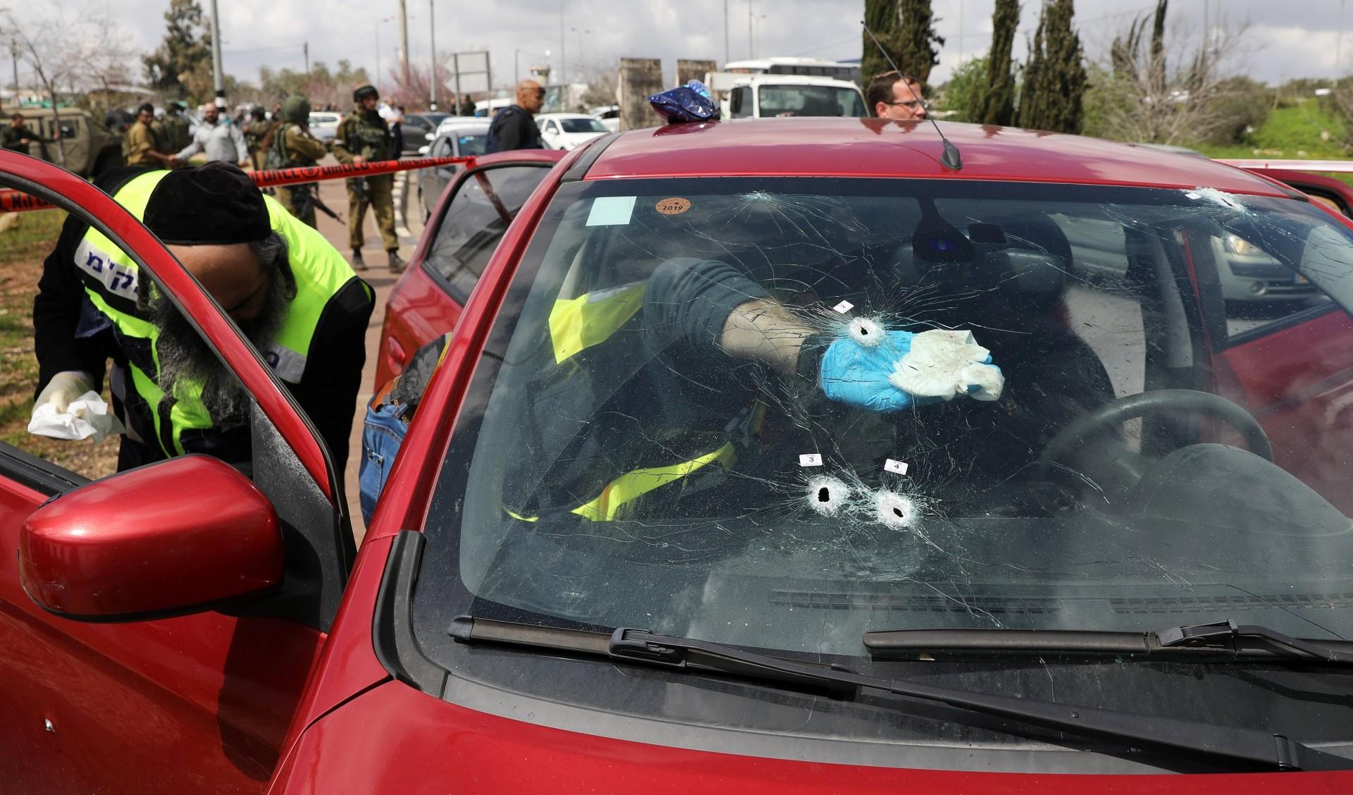 La policía forense israelí inspecciona un auto dañado en el ataque (Reuters)