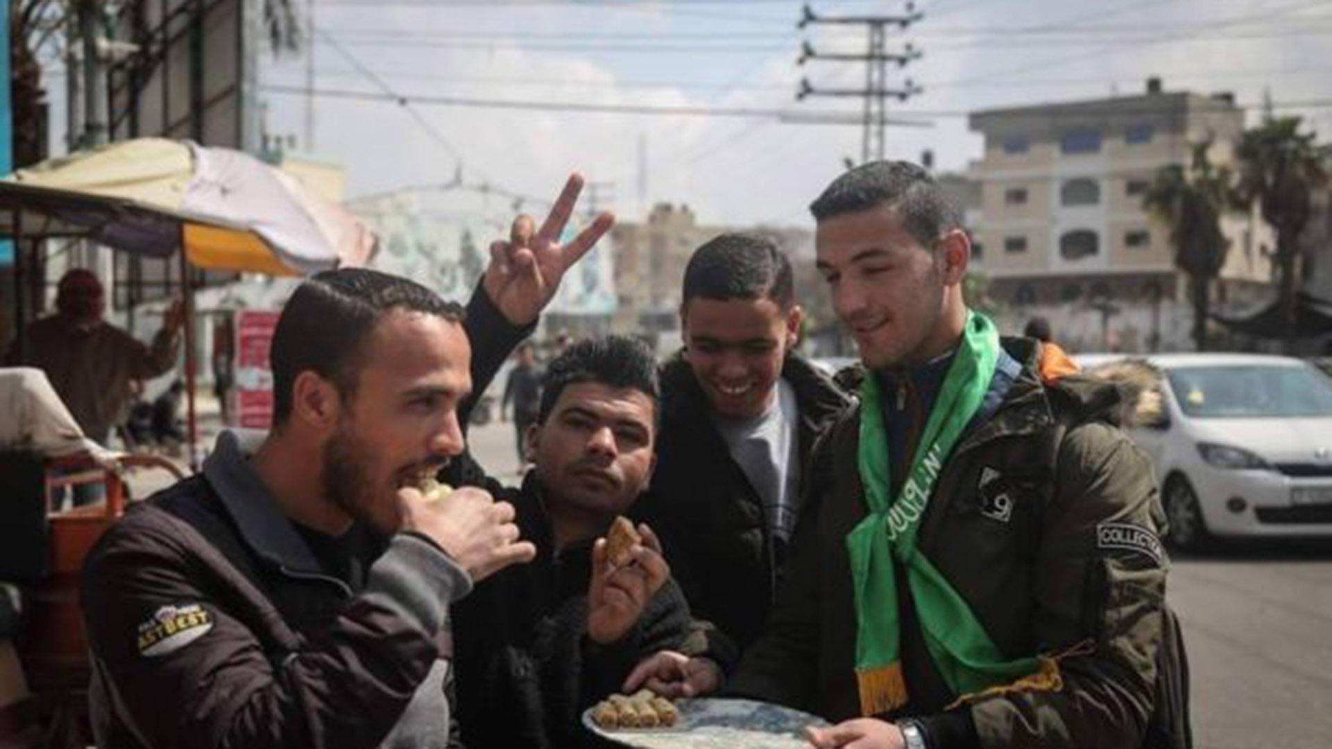 Un miembro de Yihad Islámica reparte dulces en las calles (Aurora)