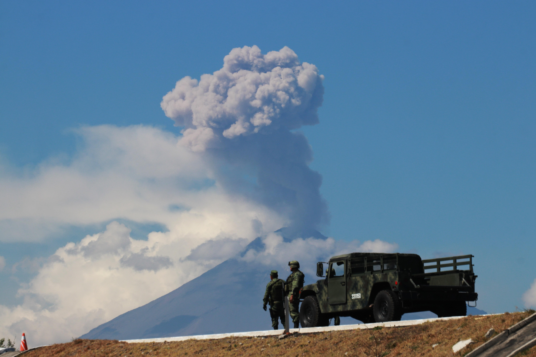 El Centro Nacional de Prevención de Desastres (Cenapred) destacó que el volcán Popocatépetl registró dos explosiones con columnas de hasta 2.5 kilómetros de altura (FOTO: JOAQUÍN SANLUIS /CUARTOSCURO)