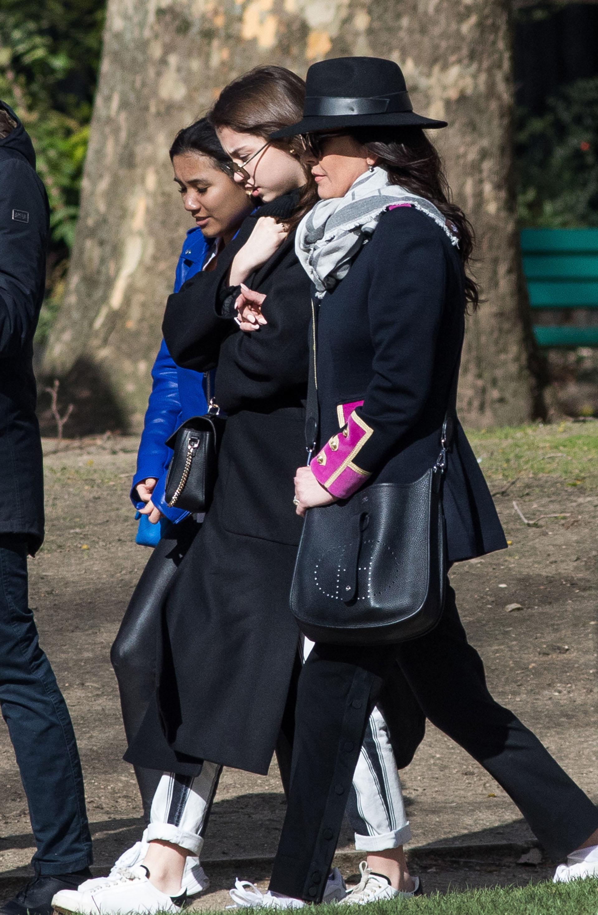 Catherine Zeta Jonestomó las vacaciones junto a suspadres, David Jonesy Patricia Fair,y su hija Carys