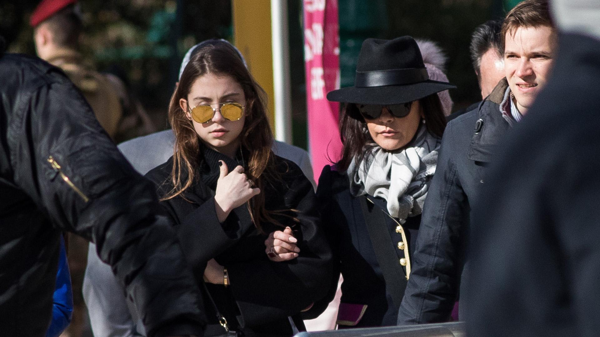 """Catherine Zeta Jones, total look de Gucci,y su hija Carys recorrieronla Tour Eiffel, el museo de Louvrey comieron en el restaurante """"Les Deux Magots"""""""
