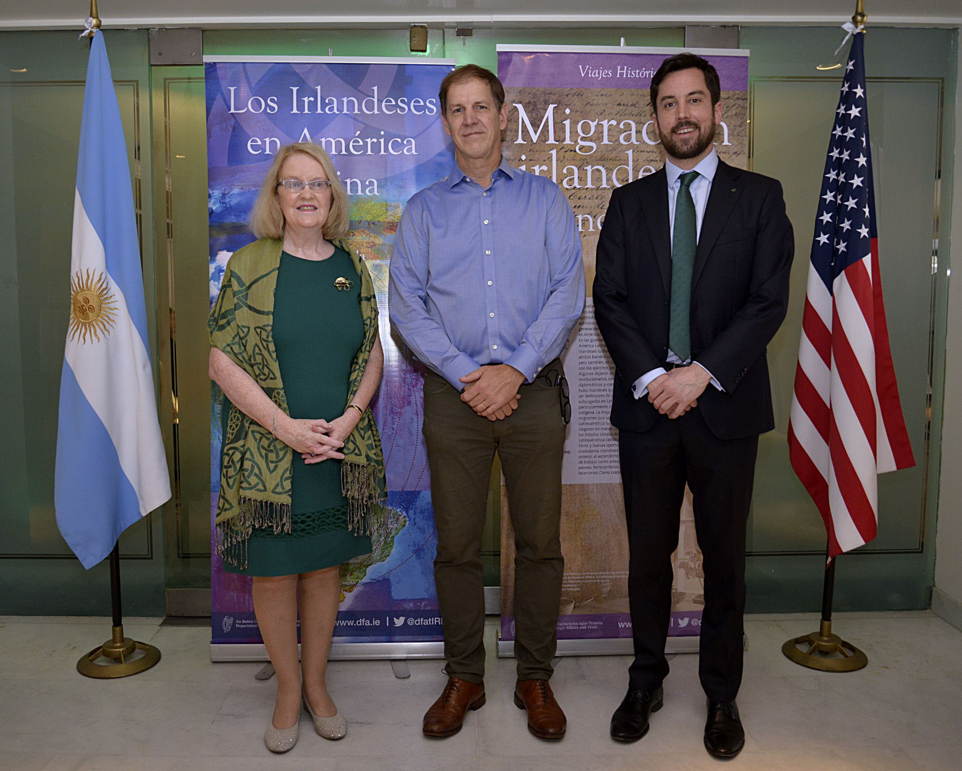 La embajadora de Irlanda en Argentina, Jacqueline O'Halloran Bernstein, Robert Urban, presidente del Club Americano y anfitrión del almuerzo, yEogan Murphy. Ministro de Vivienda, Planificación y Gobierno Local de Irlanda desde 2017