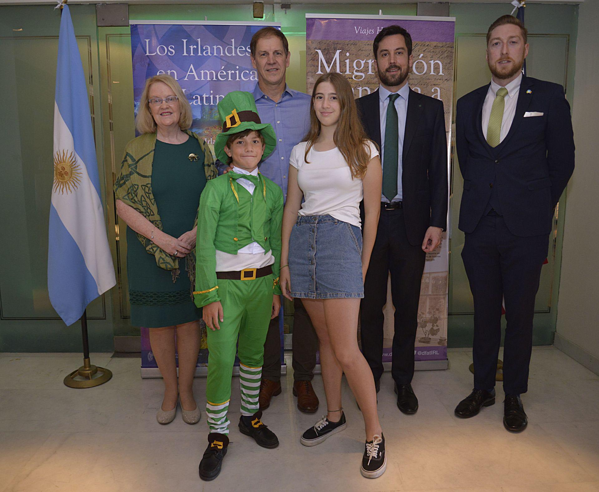 Jacqueline O'Halloran Bernstein, embajadora de Irlanda, Robert Urban, el ministro del Gobierno irlandés Eogan Murphy, el Cónsul de la Embajada de Irlanda Dermot Fitzpatrick y los hijos de Urban, Robbie de 10 años y Dominique de 14