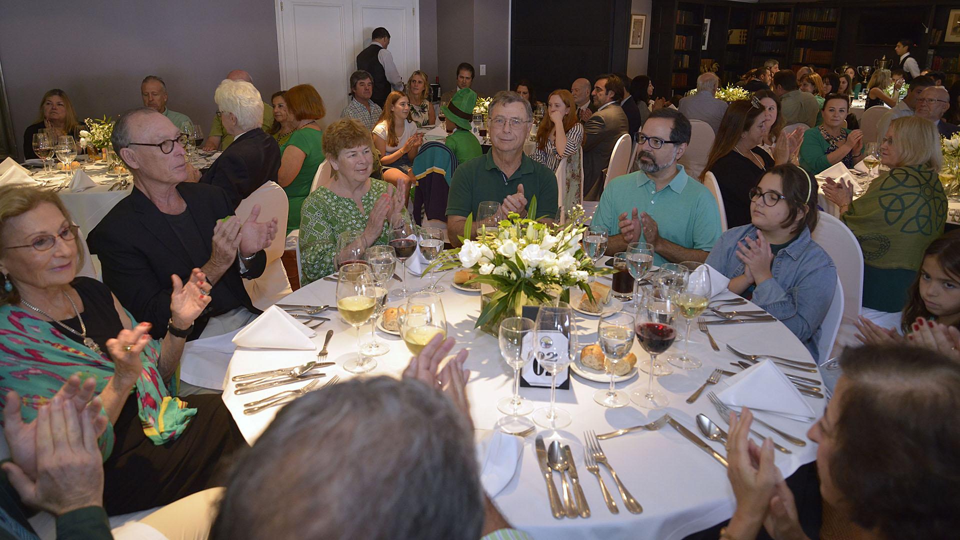 Los comensales que celebraron el Día de San Patricio son socios del Club Americano, familiares y acompañantes de los miembros