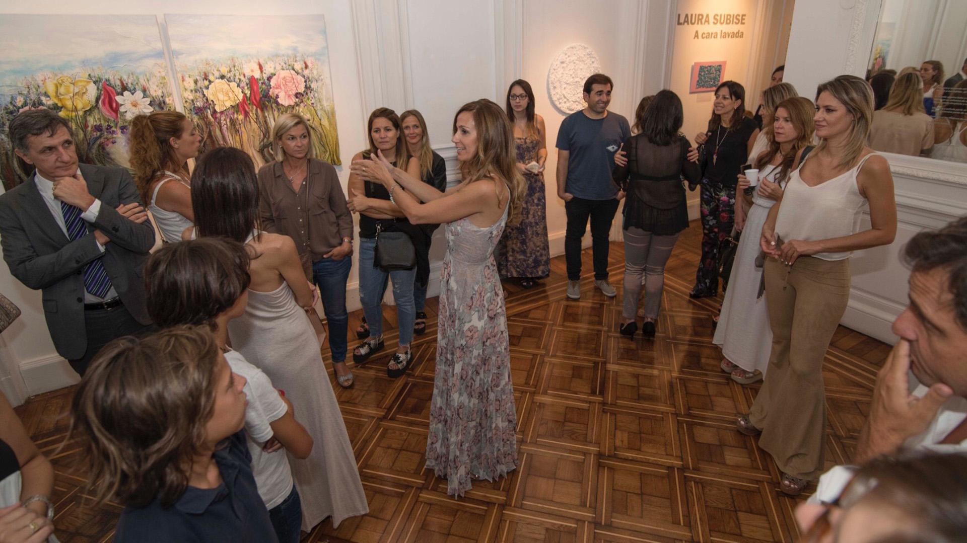 Laura Subise en plena exposición de sus obras.