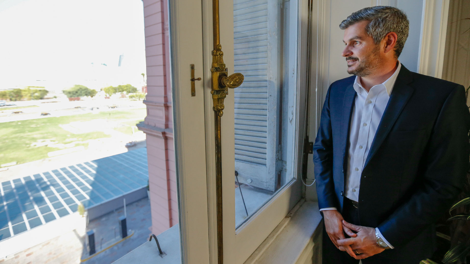 El jefe de Gabinete, Marcos Peña, en una de las ventanas de la Casa Rosada (Nicolás Aboaf)