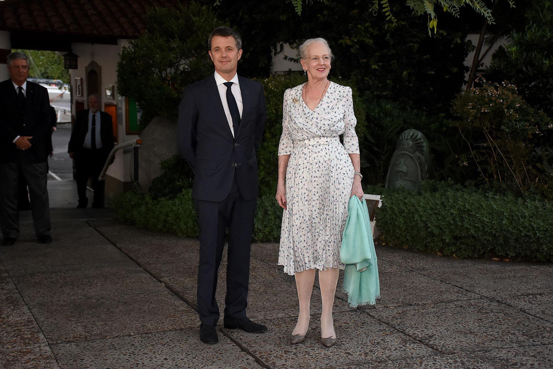 La llegada de la reina Margarita II , junto a su hijo mayor, el príncipe heredero Federico, al evento en el Yacht Club de Buenos Aires organizado por el embajador de Dinamarca en Argentina para la delegación comercial