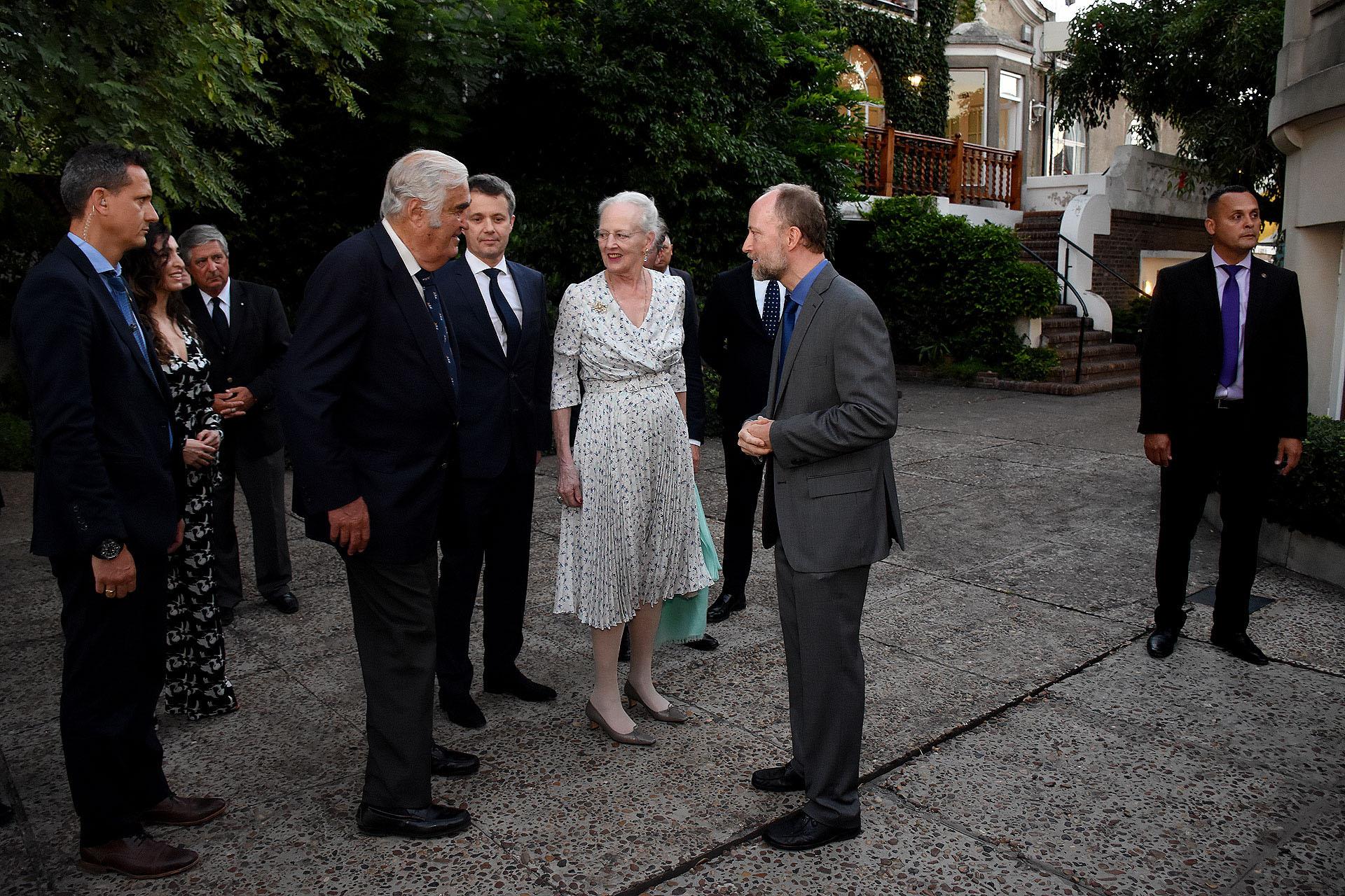 El embajador danés Søren Vøhtz junto a su esposa Sofia Vøhtz Rosenbaum reciben a su majestad en el cocktail ofrecido en el Yatch Club de Buenos Aires