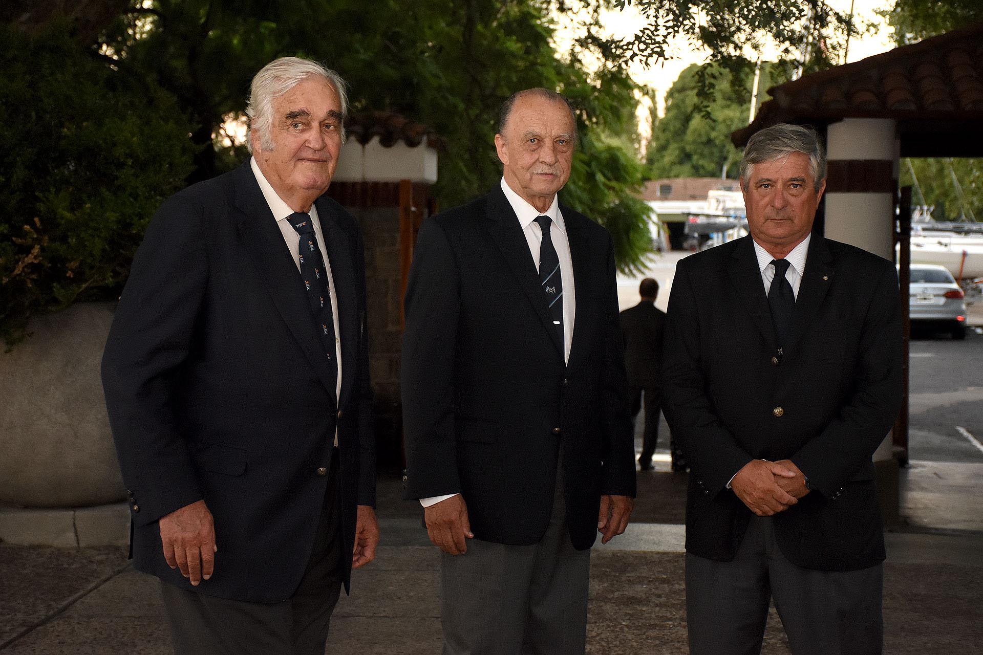 Los anfitriones, de izquierda a derecha, Diego Peralta Ramos-comodoro- Juan Cernadas-secretario honorario; Jorge Jauregui-vicecomodoro del Yatch Club Argentino