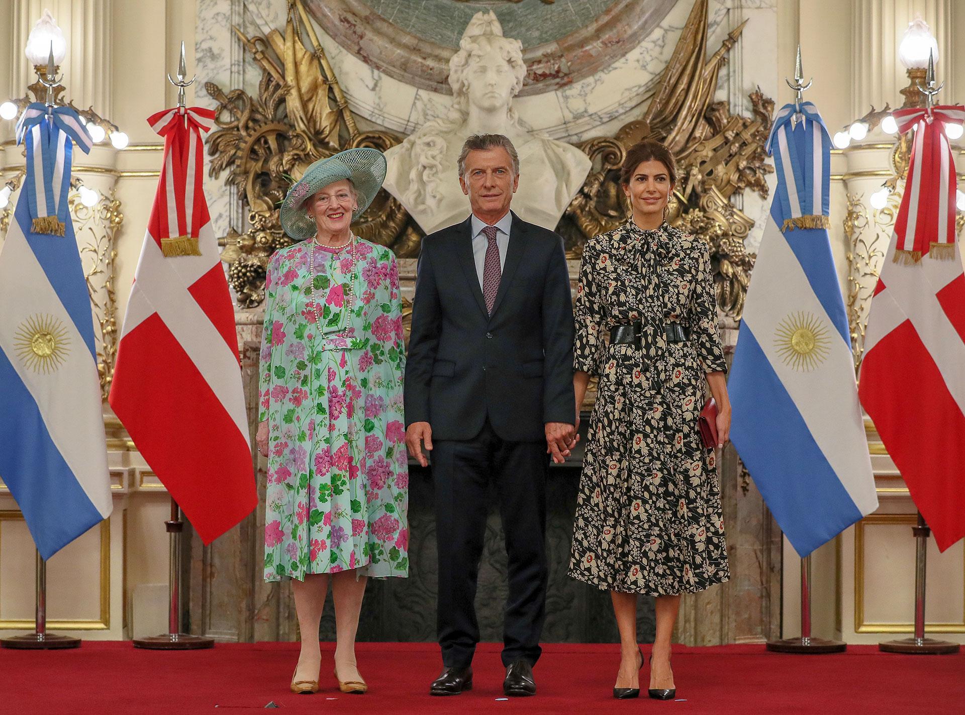 La foto oficial de la reina junto al matrimonio presidencial, como indica el protocolo en el Salón Blanco