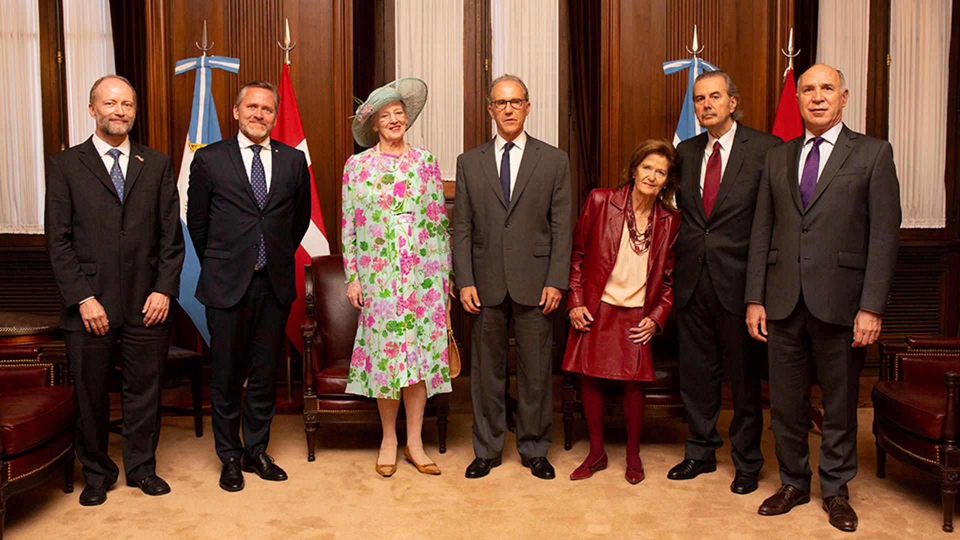 El embajador danés en Argentina, Søren Vøhtz, el ministro de Relaciones Exteriores danés, Anders Samuelsen, la reina de Dinamarca y los ministros de la Corte Suprema Rosenkrantz, Elena Highton, Juan Carlos Maqueda y Ricardo Lorenzetti