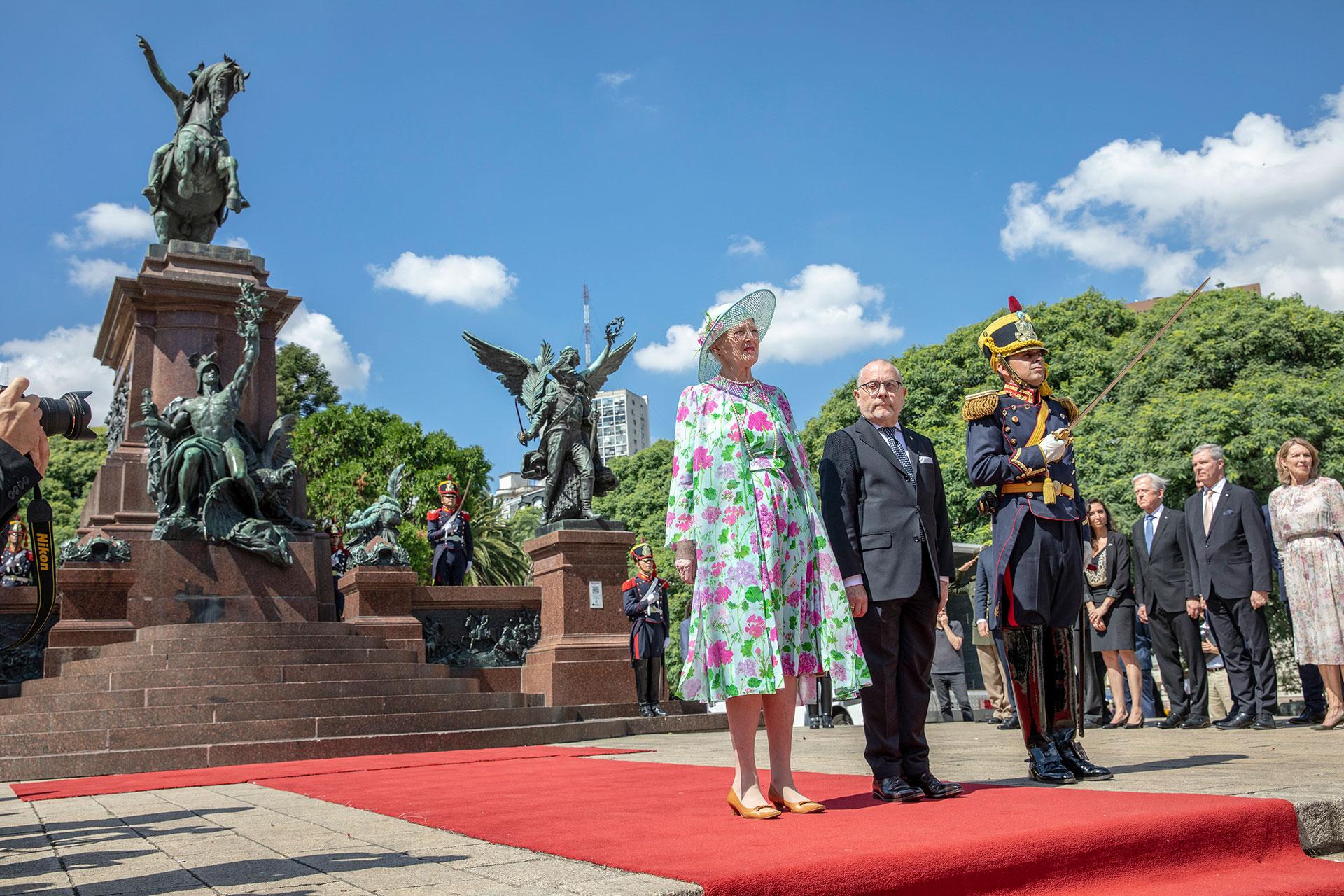 En el marco de la visita de Estado recorrió junto al ministro de Relaciones Exteriores, Jorge Faurie, el monumento en plaza San Martín