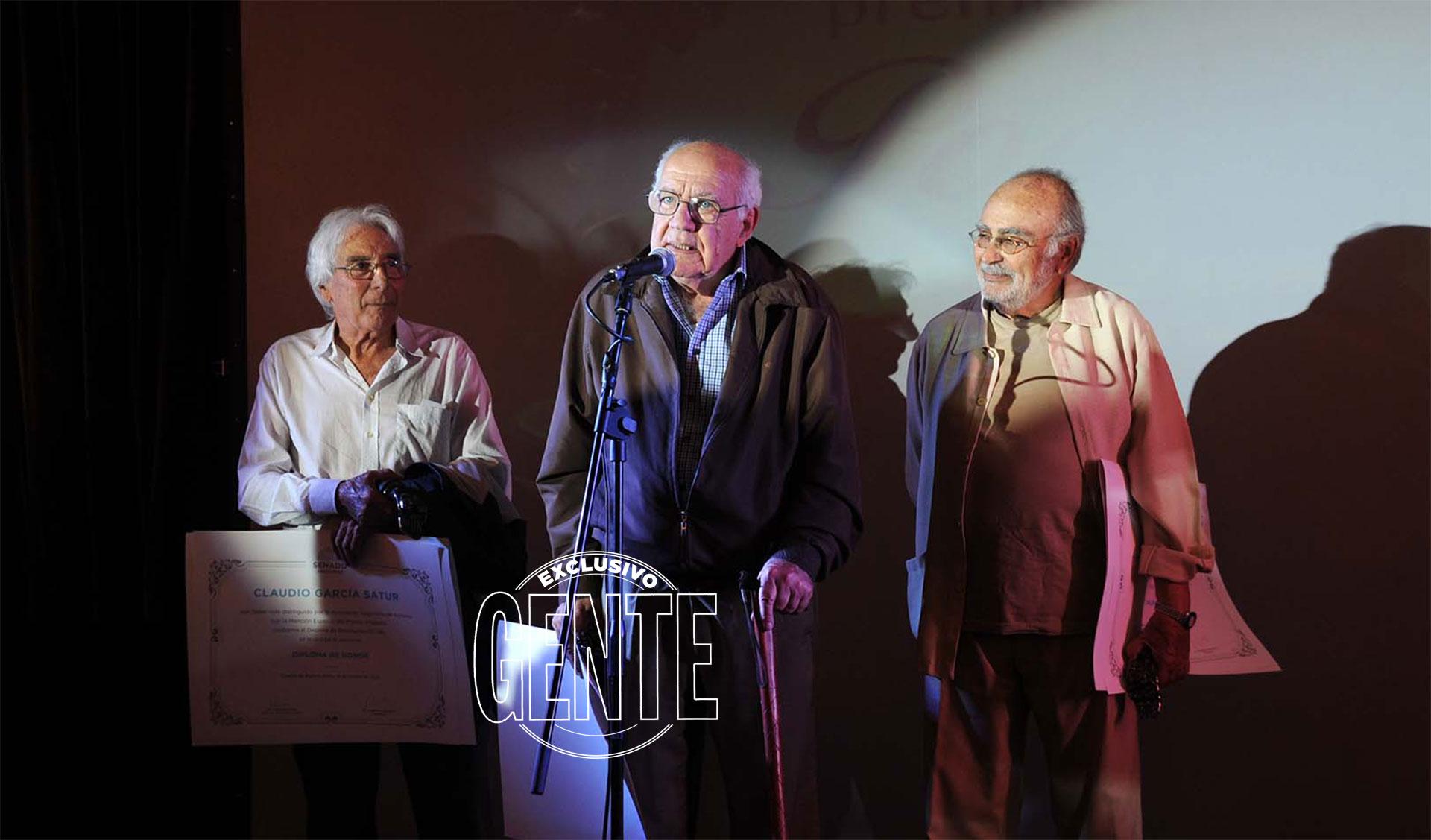 Claudio García Satur, Onofre Lovero y Pepe Novoa, agradeciendo el reconocimiento en una noche emotiva. Foto: Enrique García Medina/GENTE