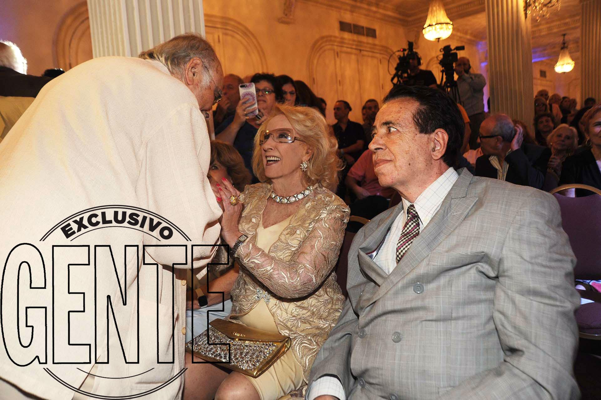 Pepe Novoa saluda a Mirtha, sentada junto a su amigo Héctor Vidal Rivas. Foto: Enrique García Medina/GENTE
