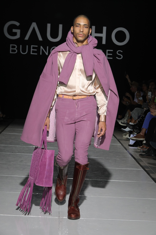 El abrigo adquiere forma de poncho y se tiñe del color de la temporada 2019