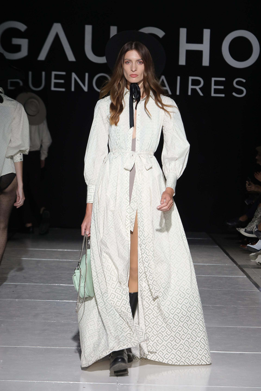 La colección hace una fusión entre lo moderno y lo vintage. Vestidos largos abiertos con mangas abullonadas con diseños novedosos