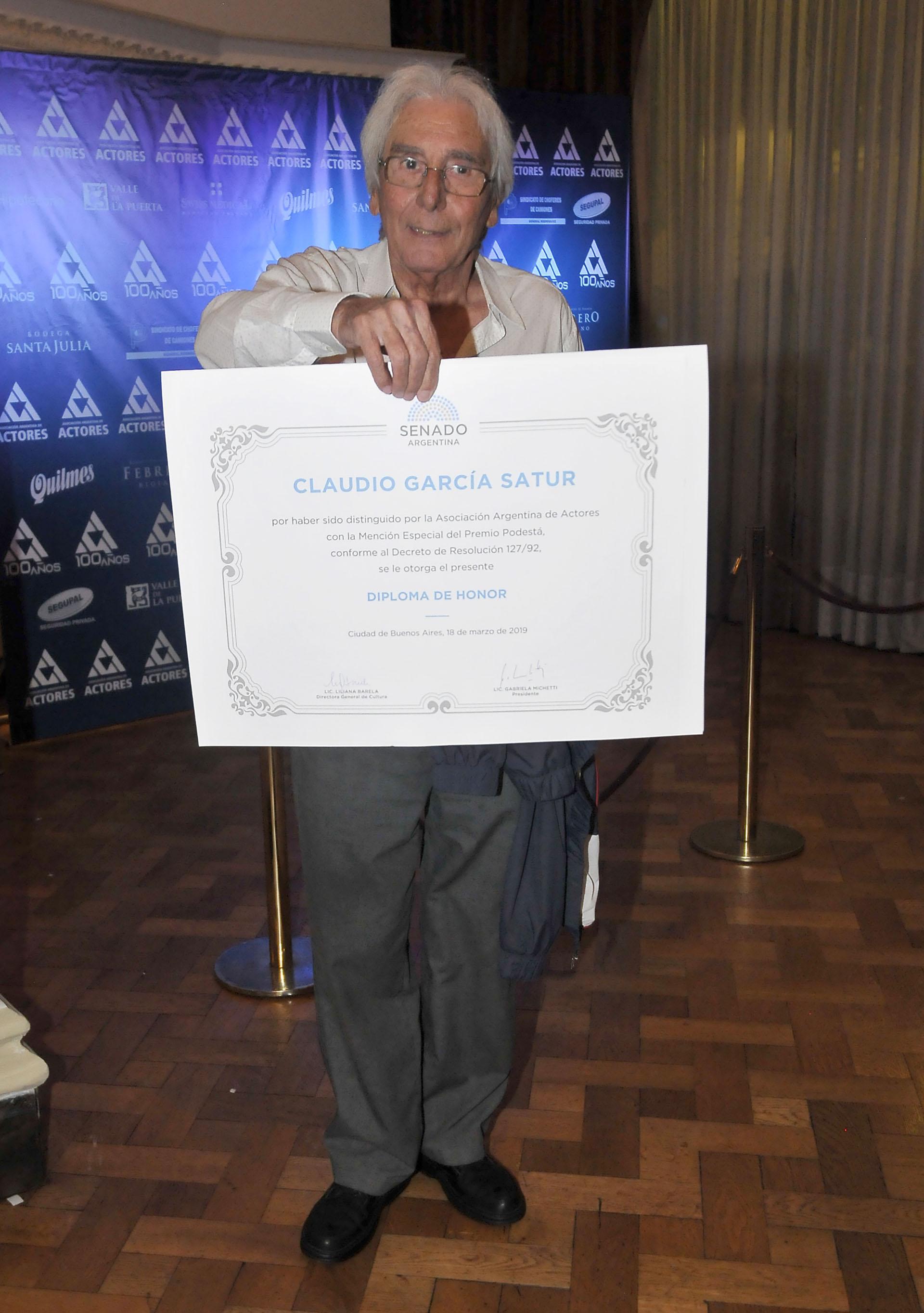 Claudio García Satur y su diploma de honor