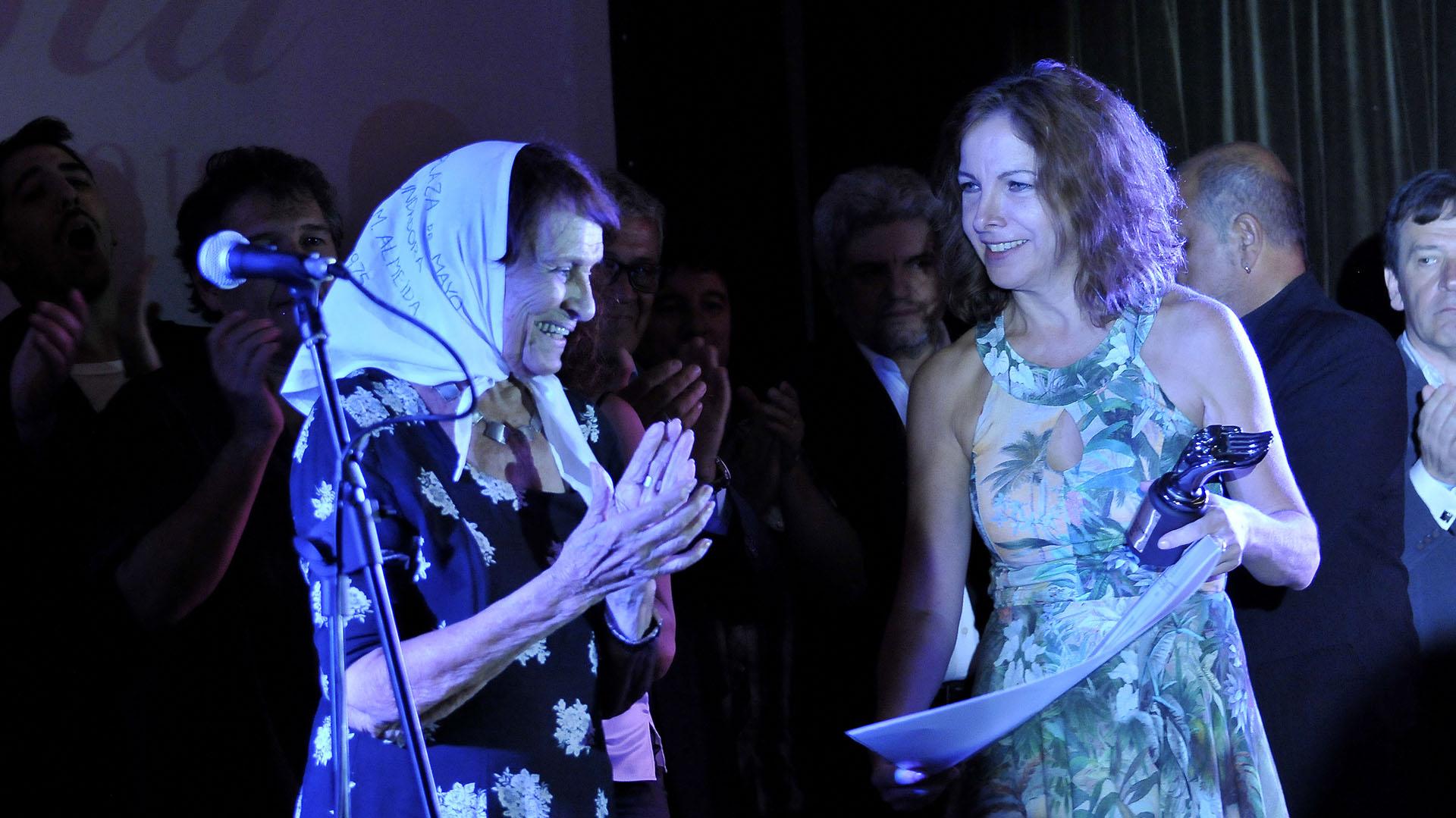 Taty Almeida, presidenta de Abuelas dePlaza de Mayo,recibiendo su reconocimiento de manos de Alejandra Darín, titular de Asociación Argentina de Actores