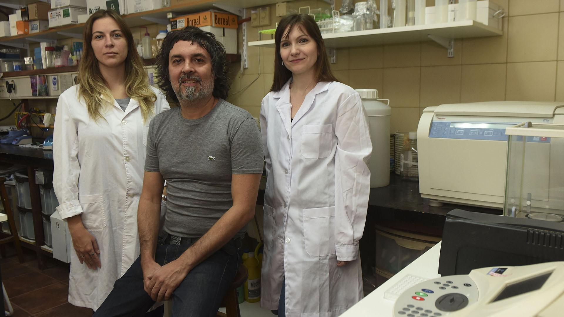 Cristian Favre y dos de las integrantes de su equipo: Anabela Ferretti y Florencia Hidalgo (Télam)