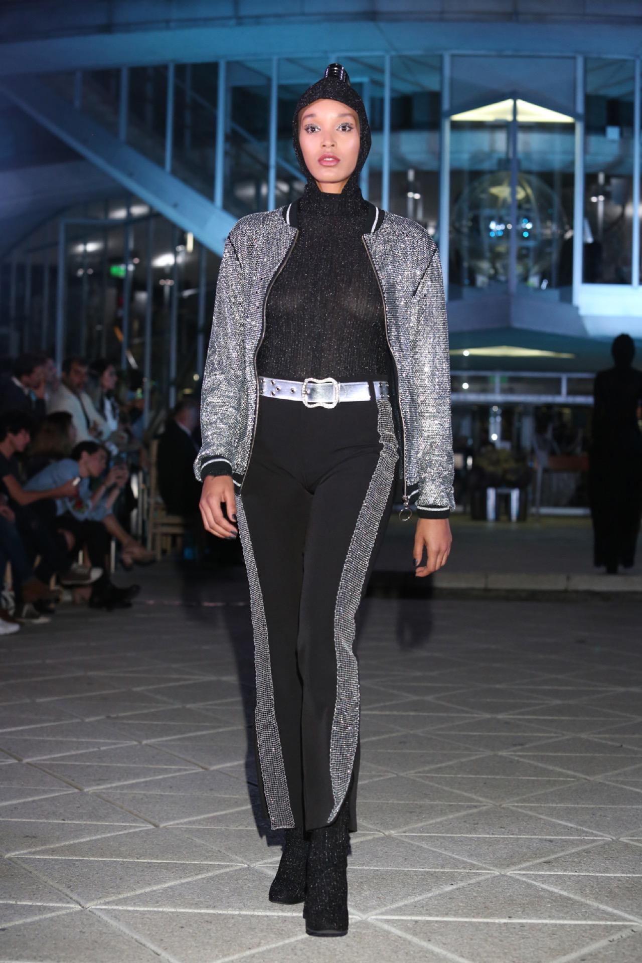 Outfits de crepe y jersey de seda color negro con detalles de espejos bordados.