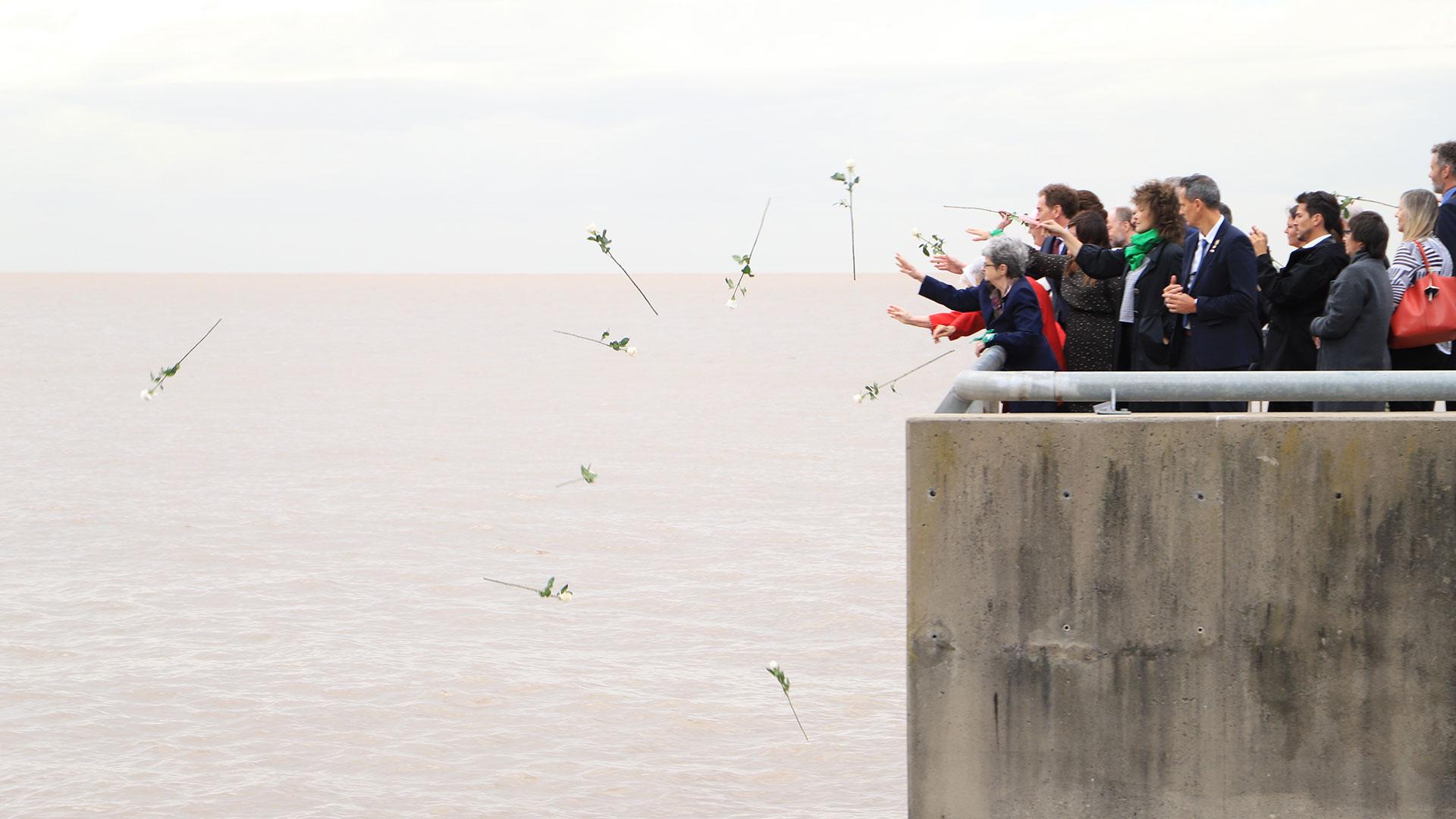 Para finalizar la ceremonia arrojaron flores blancas al río de la Plata en homenaje