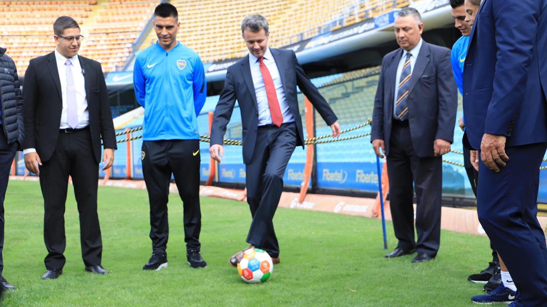 Ante la mirada de los profesionales, Federico también tomó contacto con el balón sobre el césped de la Bombonera. Un sueño hecho realidad