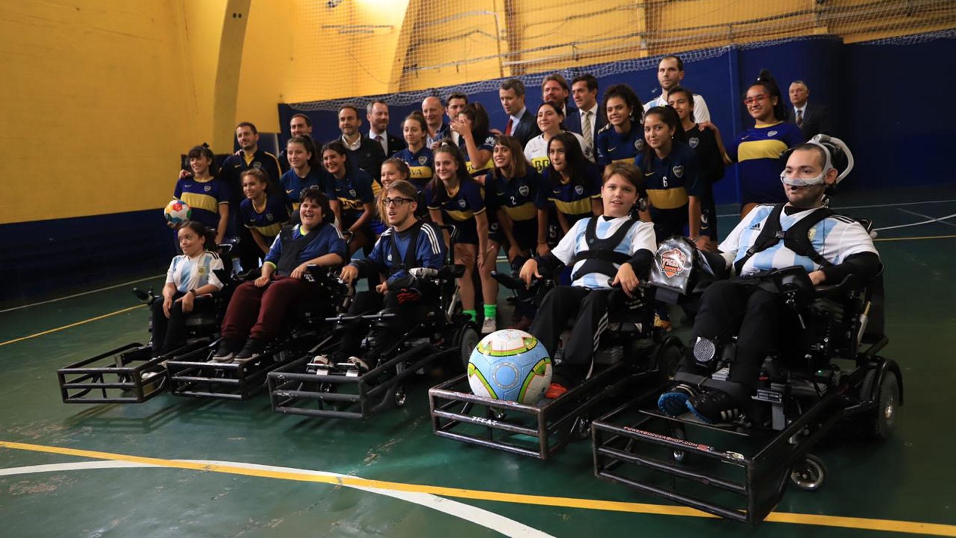 Federico tomó conocimiento del trabajo de Boca social y posó con jóvenes futbolistas y los chicos que participan del proyecto Powerchair fútbol