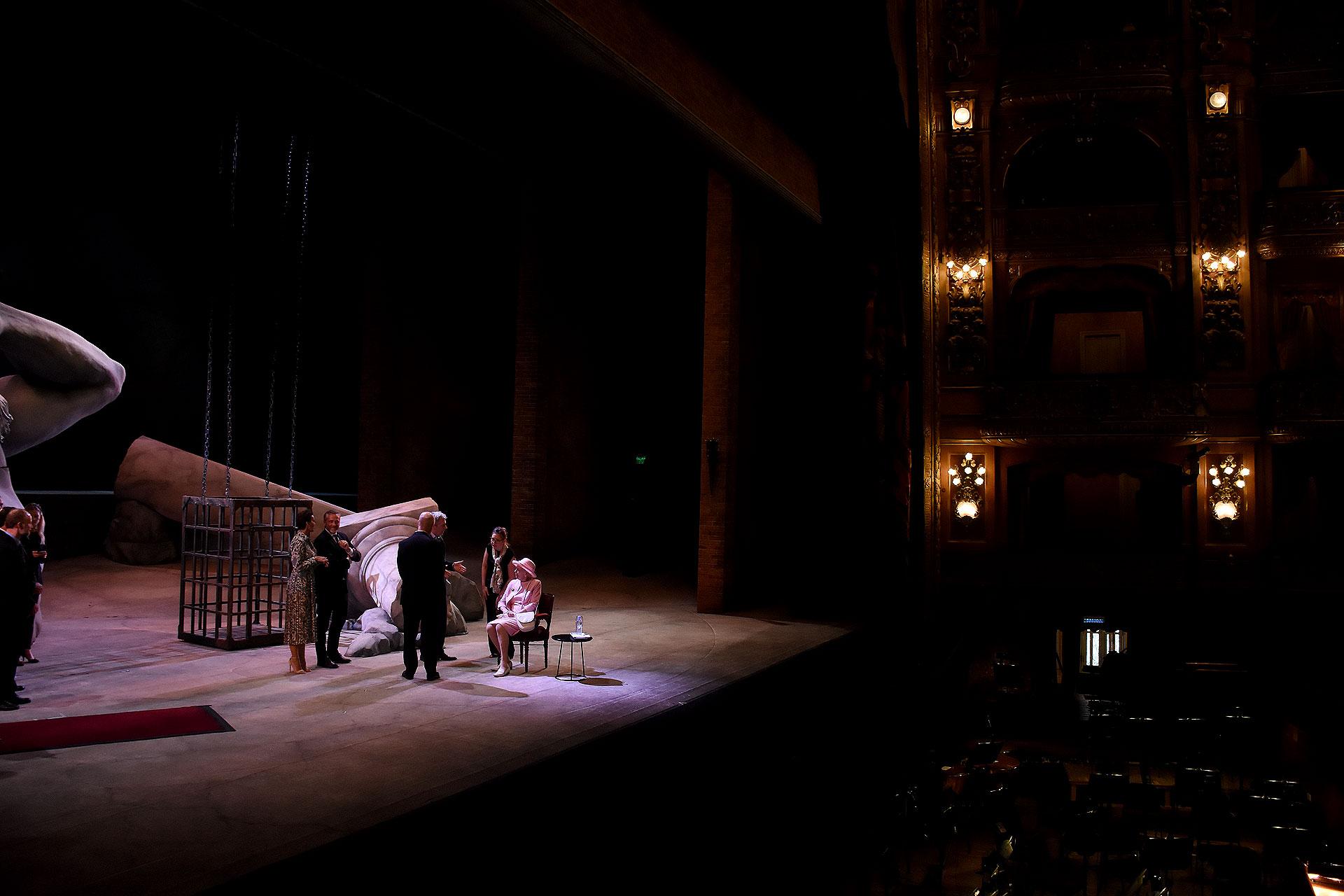 Sobre el escenario había parte de la escenografía de la ópera Rigoletto de Giuseppe Verdi
