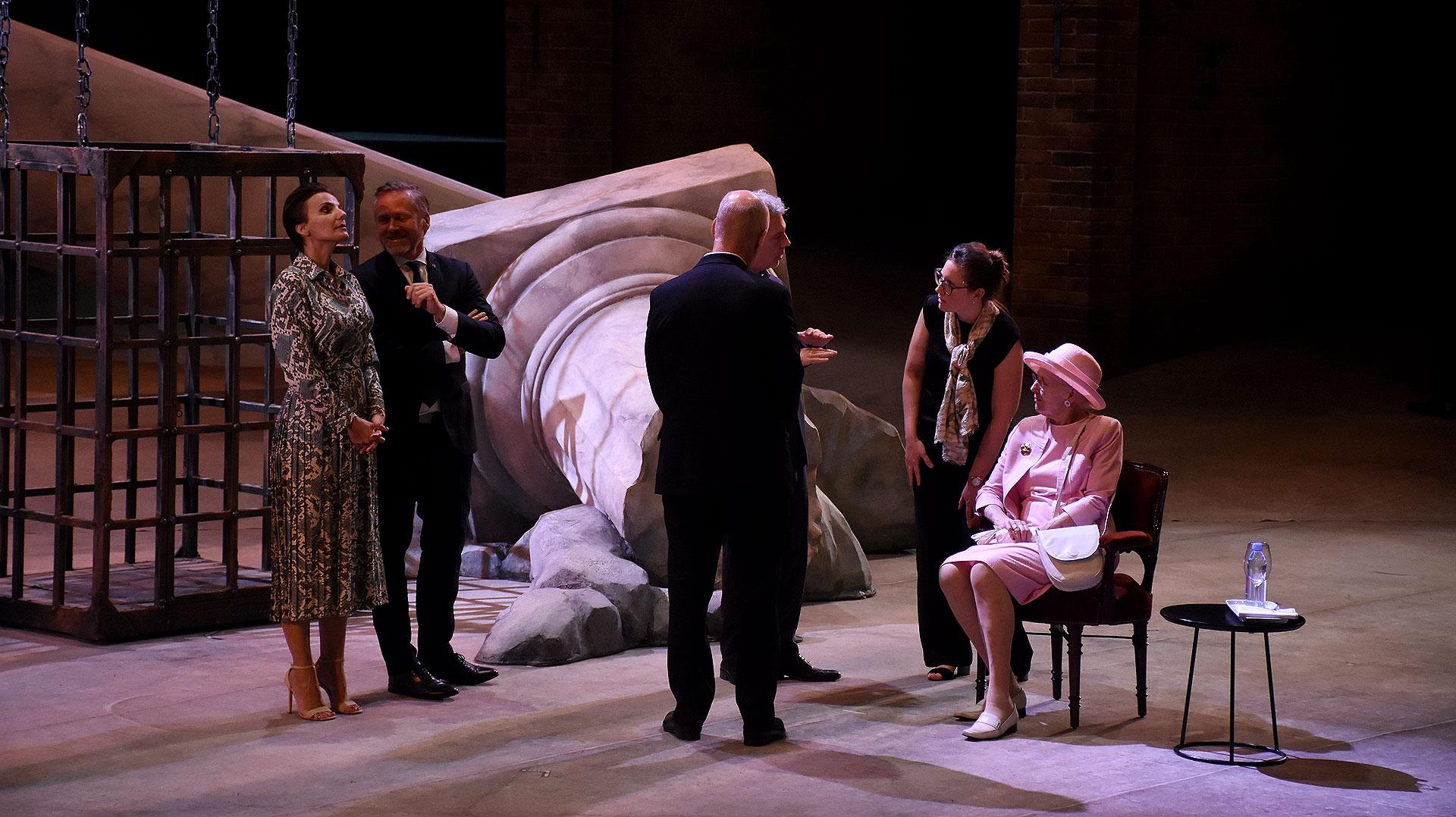 En sus tiempos libres, la monarca vuelca su creatividad a idear escenografías, diseños y hasta piezas de arte teatrales