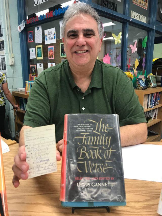 El subdirector de Memorial Middle School, Dominick Tarquinio, se sorprendió cuando este exalumno arribó a la biblioteca escolar para devolver el libro (Foto: Twitter)