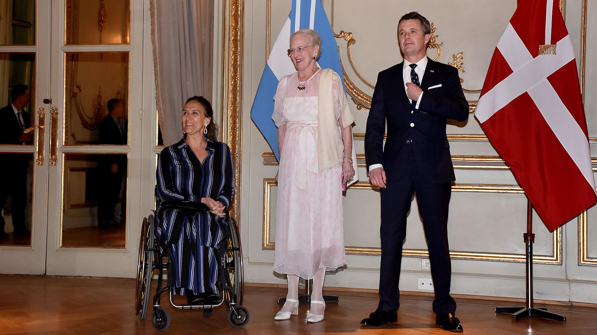 La fotos oficial de la monarquía danesa junto a la funcionaria argentina