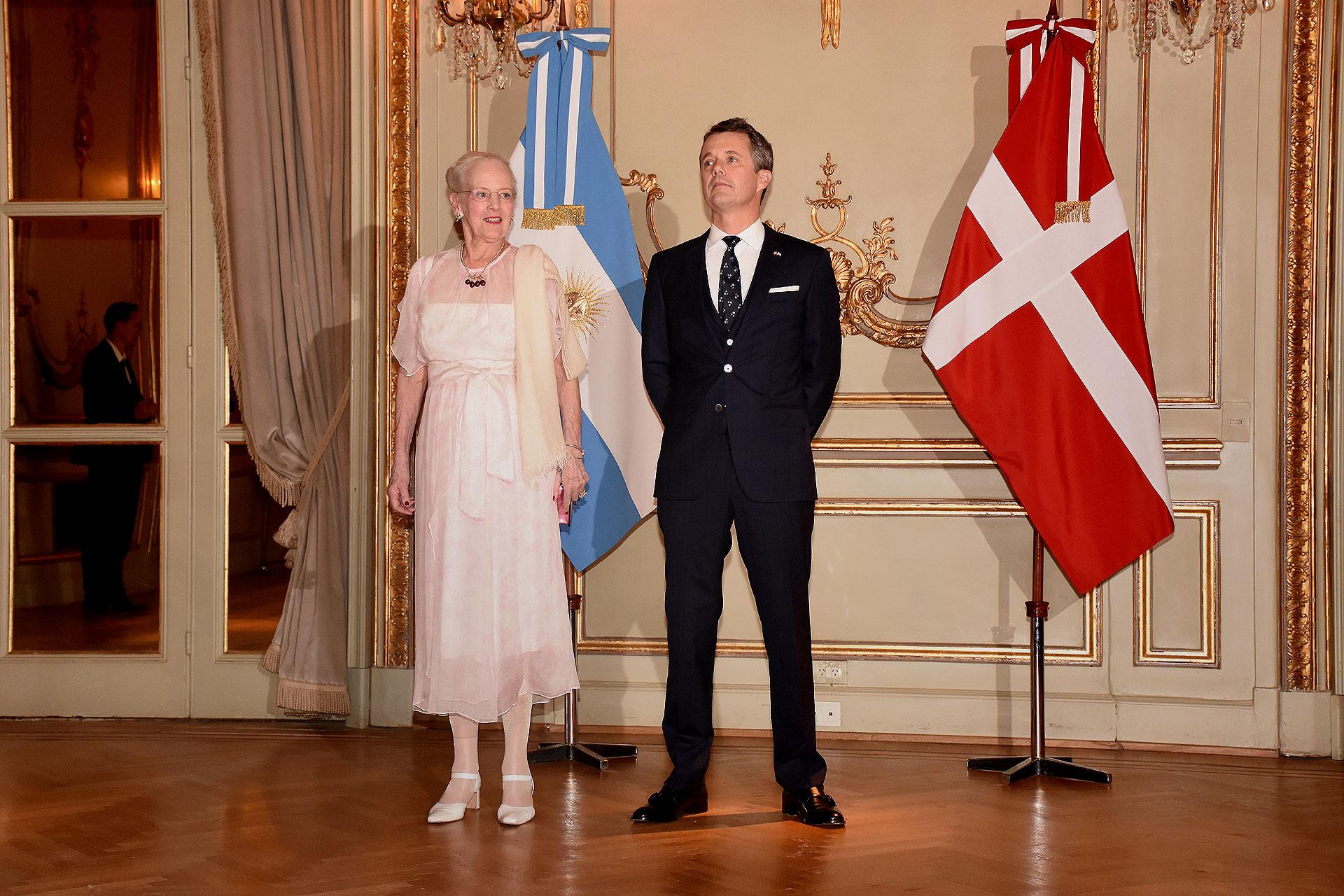 La reina Margarita II de Dinamarca junto a su hijo, el príncipe heredero Federico, en el majestuoso salón dorado del hotel Alvear ofreció una elegante recepción
