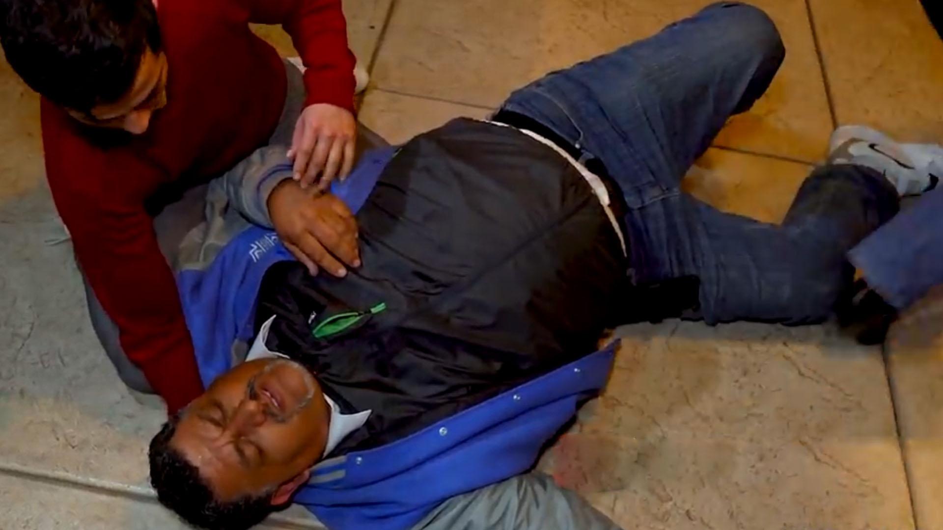 El hombre cayo al suelo al descubrirse su presunta infidelidad (Foto: captura de pantalla YouTube Badabun)