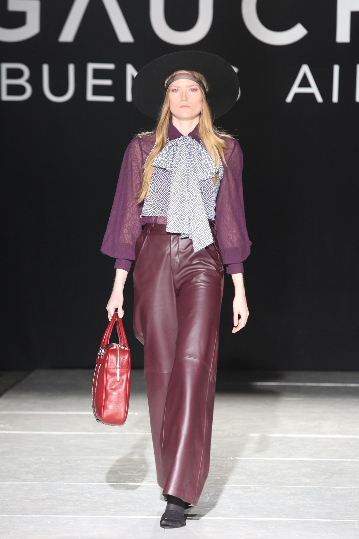 Pantalones anchos de cuero y blusas de gasa, una combinación que suma para este invierno.