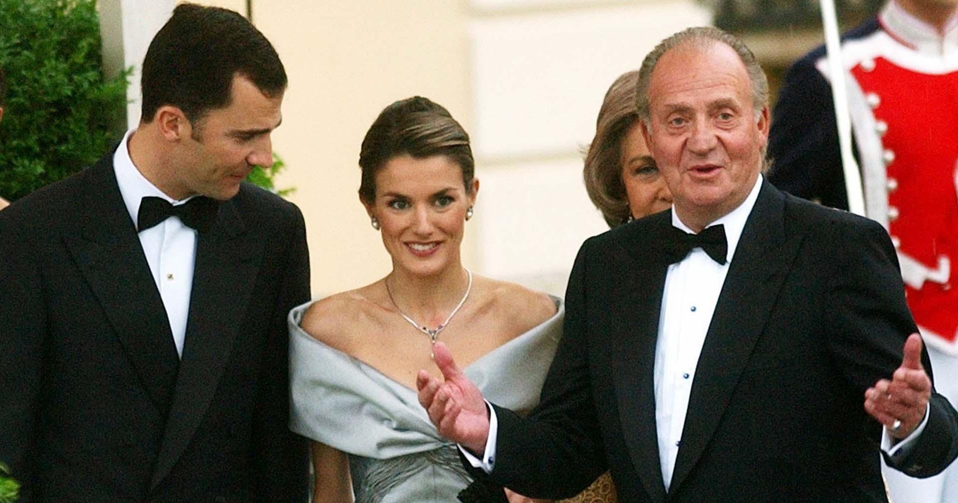 Los futuros novios eran tapa de todas las revistas y se volvieron el blanco de las críticas. Se supo que al principio los Reyes de España Juan Carlos y Sofía se opusieron al enlace. Sin embargo, Felipe insistió por su amor. En esta foto, durante una gala el día previo a la boda real.